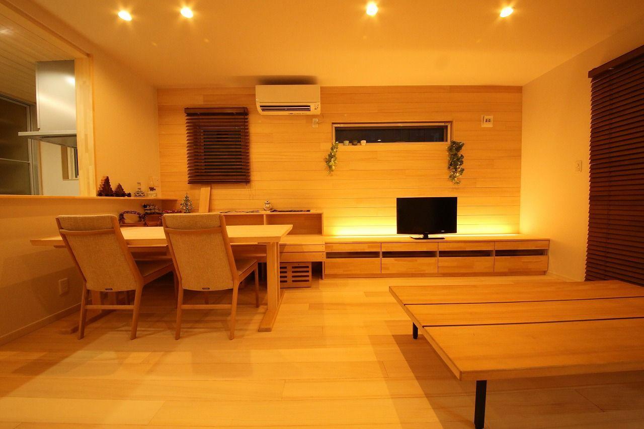 もみの木ハウス新潟「広い玄関と吹き抜けスタディースペースのある「もみの木の家」」のシンプル・ナチュラル・自然素材なリビング・ダイニングの実例写真