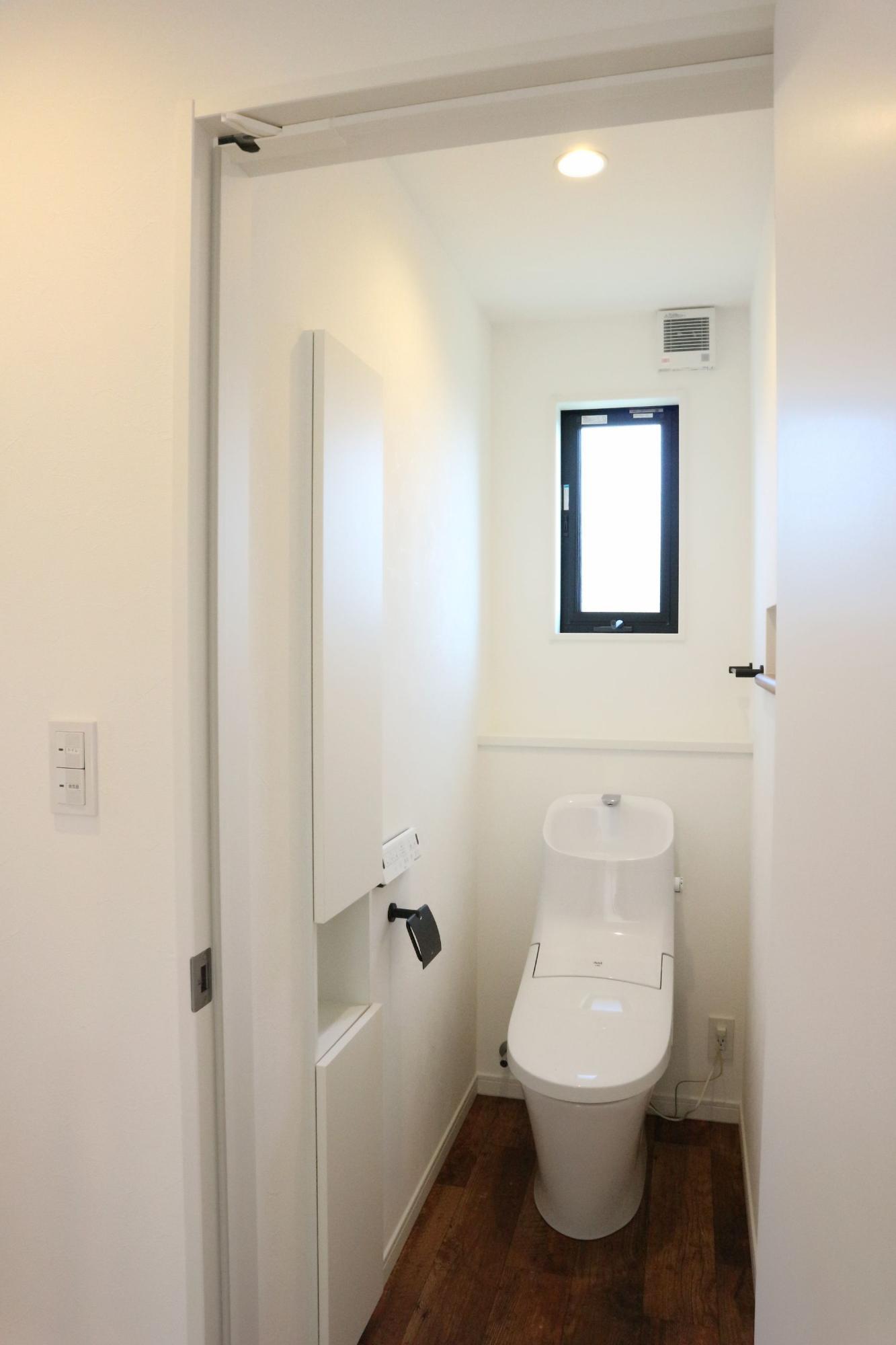 クレバリーホーム新潟 (株)又助組「アイアン×ステップダウンフロア」のシンプル・ナチュラル・モダンなトイレの実例写真