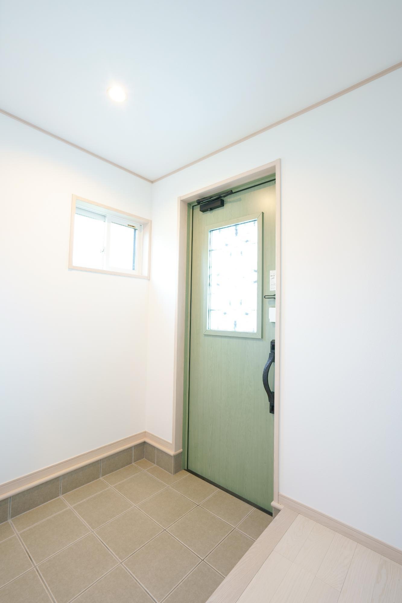 クレバリーホーム新潟 (株)又助組「北欧風 スケルトン階段のお家」の北欧風な玄関の実例写真