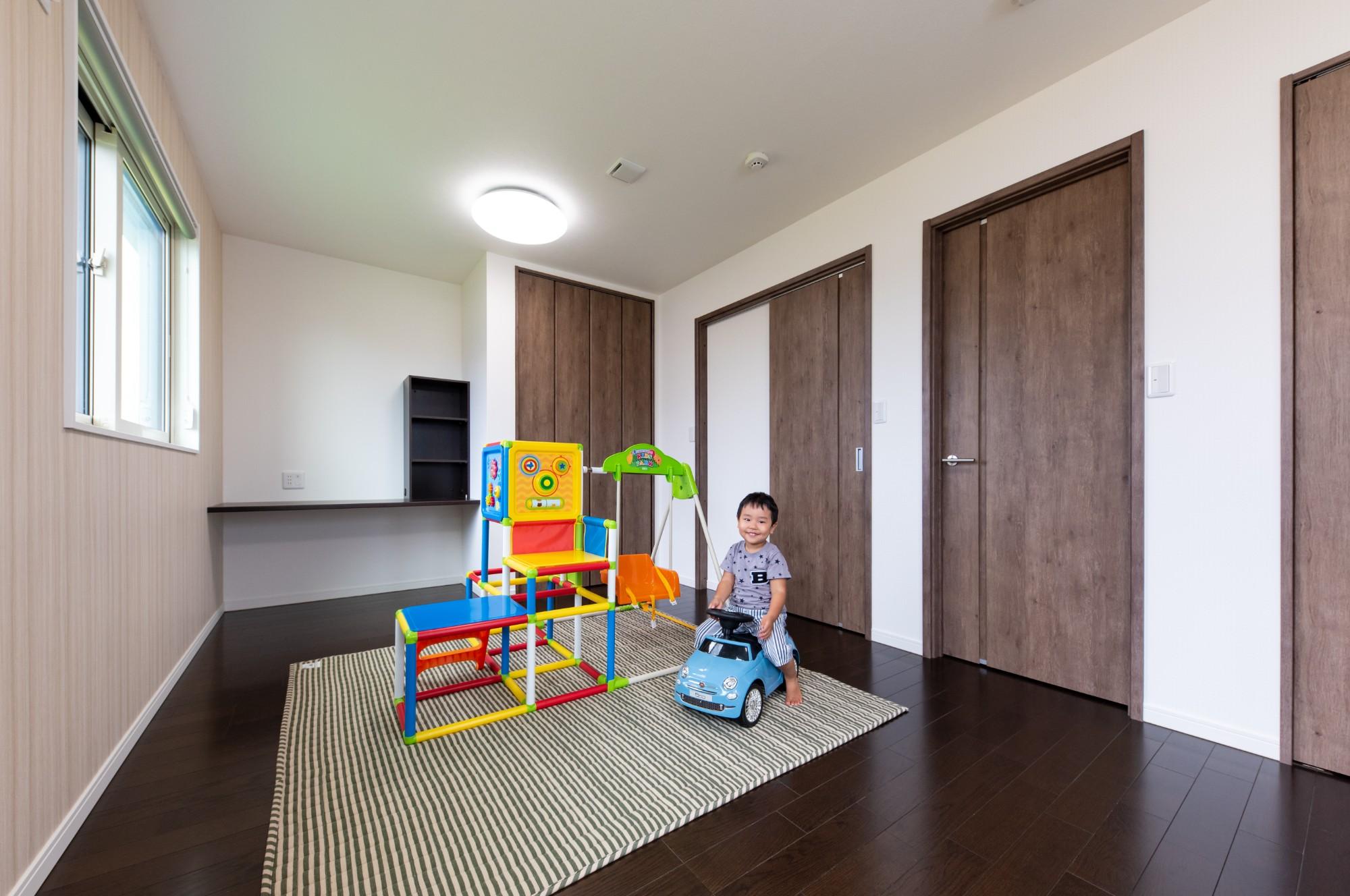 お子様のお部屋は将来2部屋に区切れるように扉を2か所設けました。今は壁で仕切らずのびのびとお子様が遊べるプレイルームとなっております。