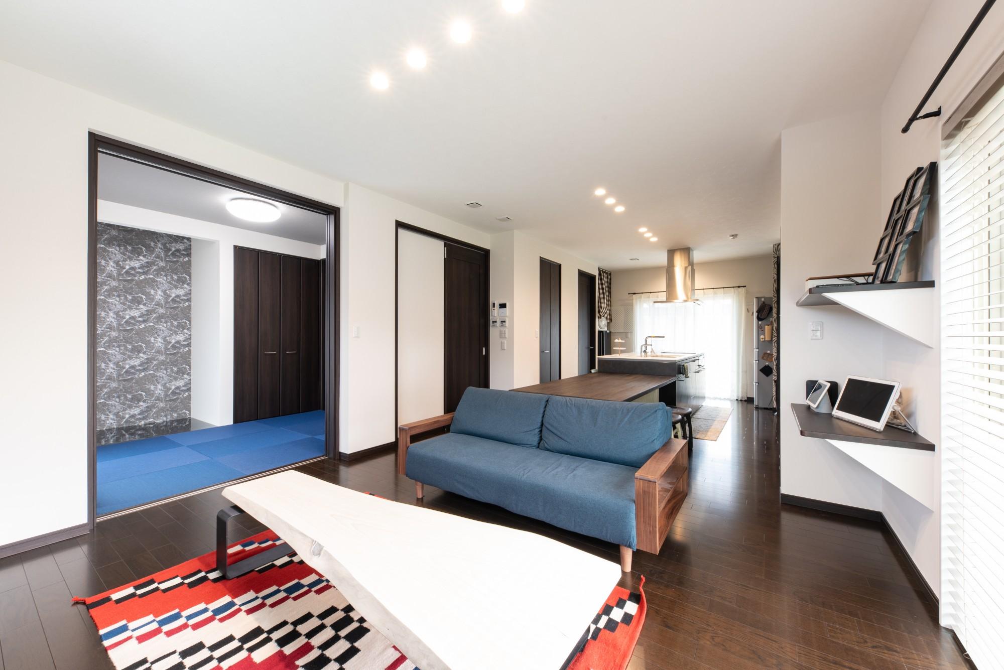 LDKに隣接する和室はブルーの畳で少し遊び心を入れました。