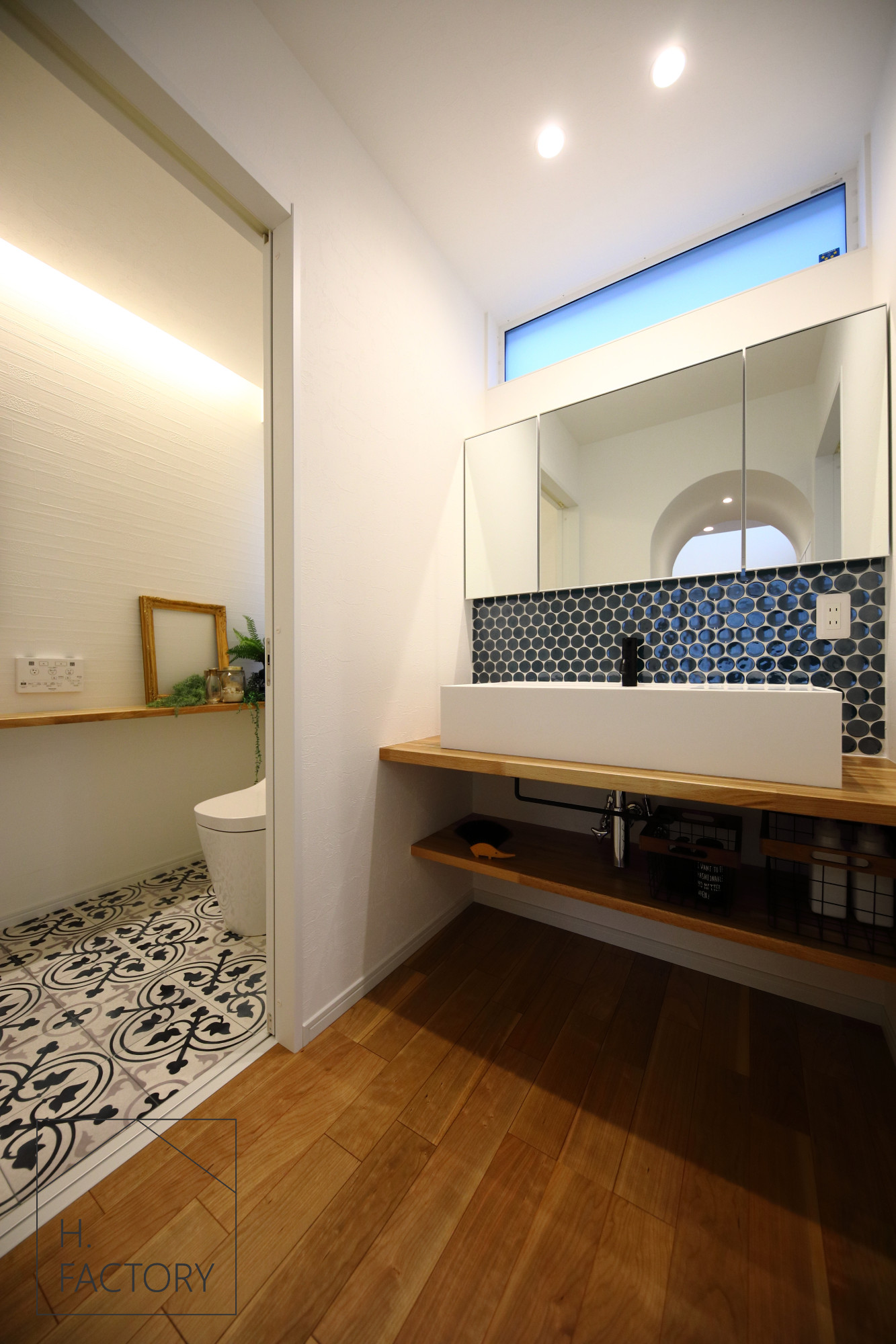 H.FACTORY/株式会社 橋本技建「カルフォルニアスタイルを愉しむ家」の西海岸風な洗面所・脱衣所の実例写真