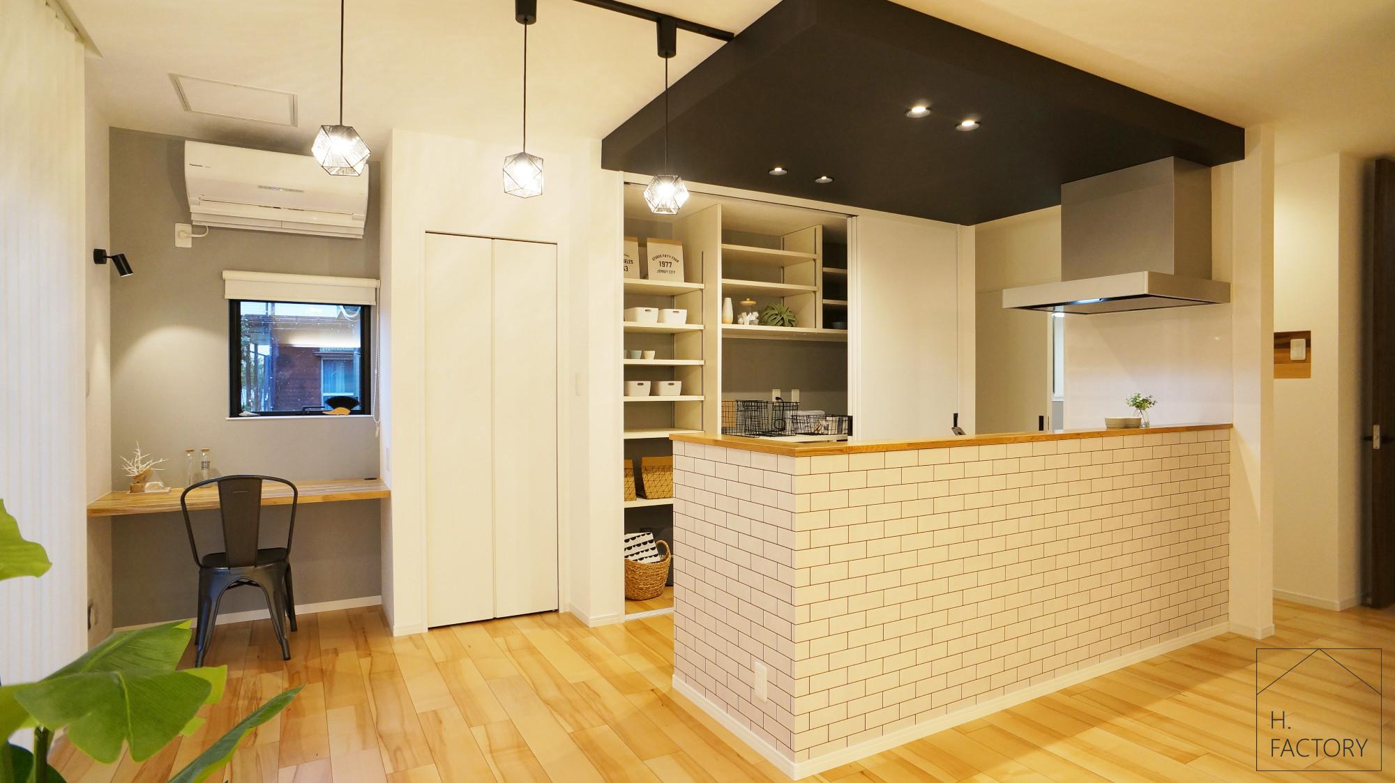 H.FACTORY/株式会社 橋本技建「シンプル&ベーシックなオシャレカフェのような家」のシンプル・ナチュラルなキッチンの実例写真
