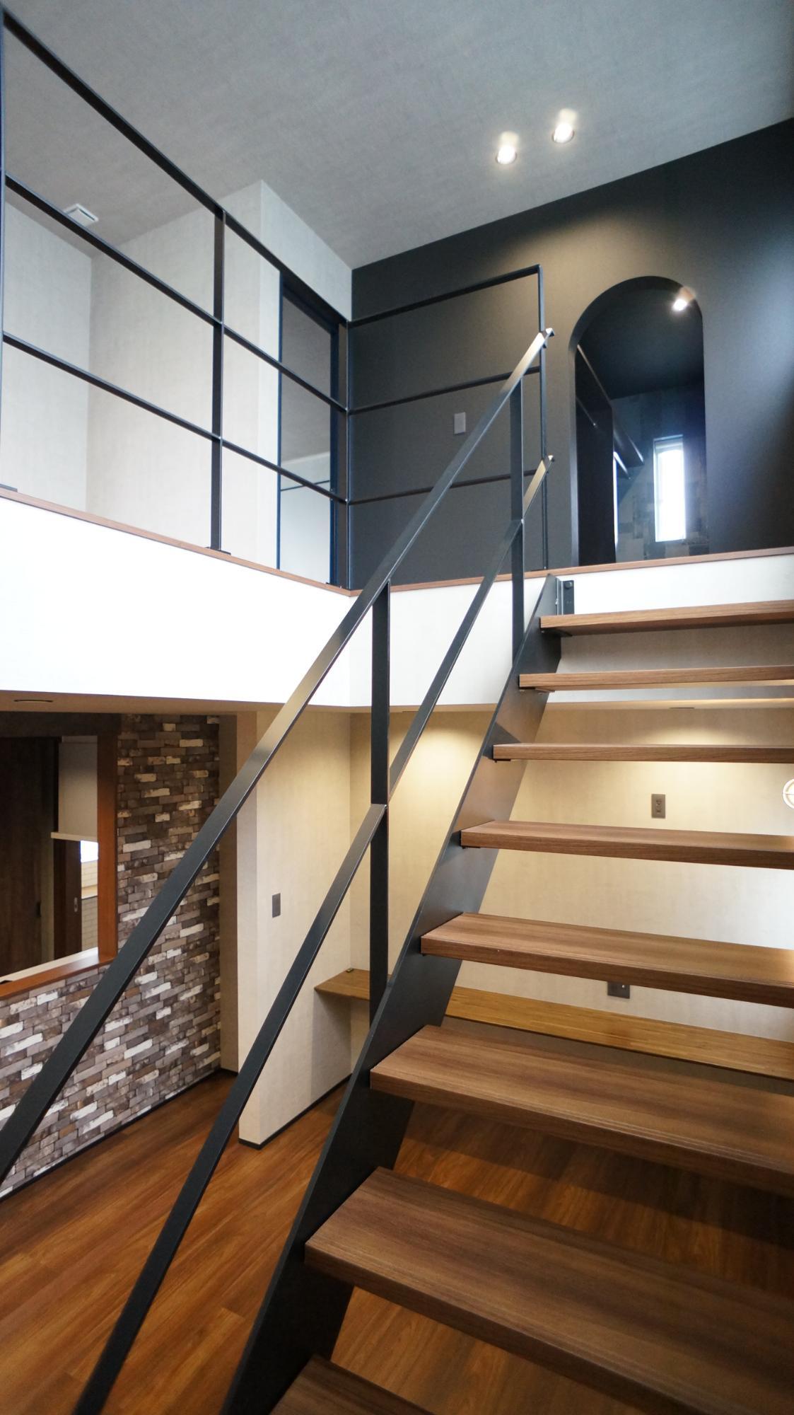 H.FACTORY/株式会社 橋本技建「吹き抜けのあるインダストリアルの家」の階段の実例写真