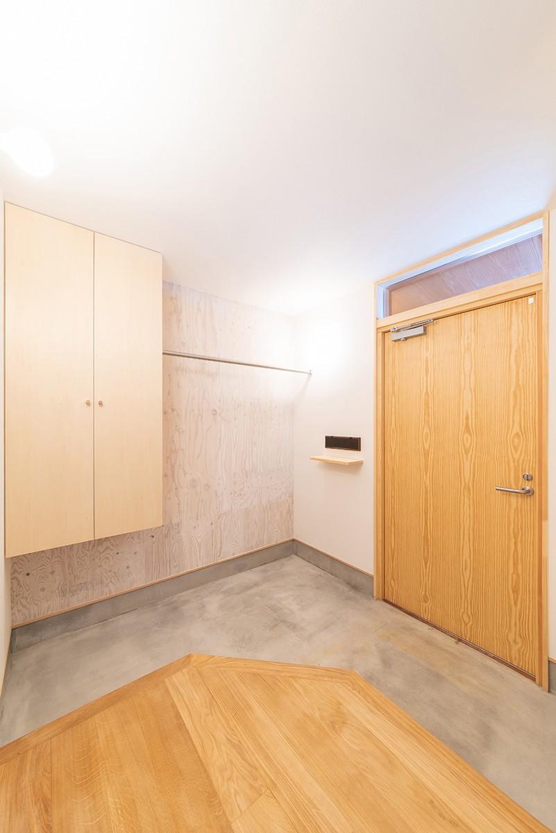 株式会社Ag-工務店「1階だけで暮らしが完結する、多雪地域に建つ28坪の住まい」のシンプル・ナチュラルな玄関の実例写真
