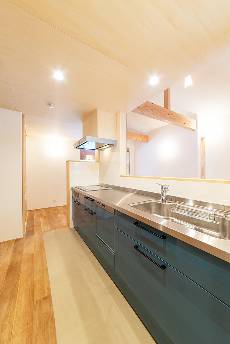 株式会社Ag-工務店「1階だけで暮らしが完結する、多雪地域に建つ28坪の住まい」のシンプル・ナチュラルなキッチンの実例写真