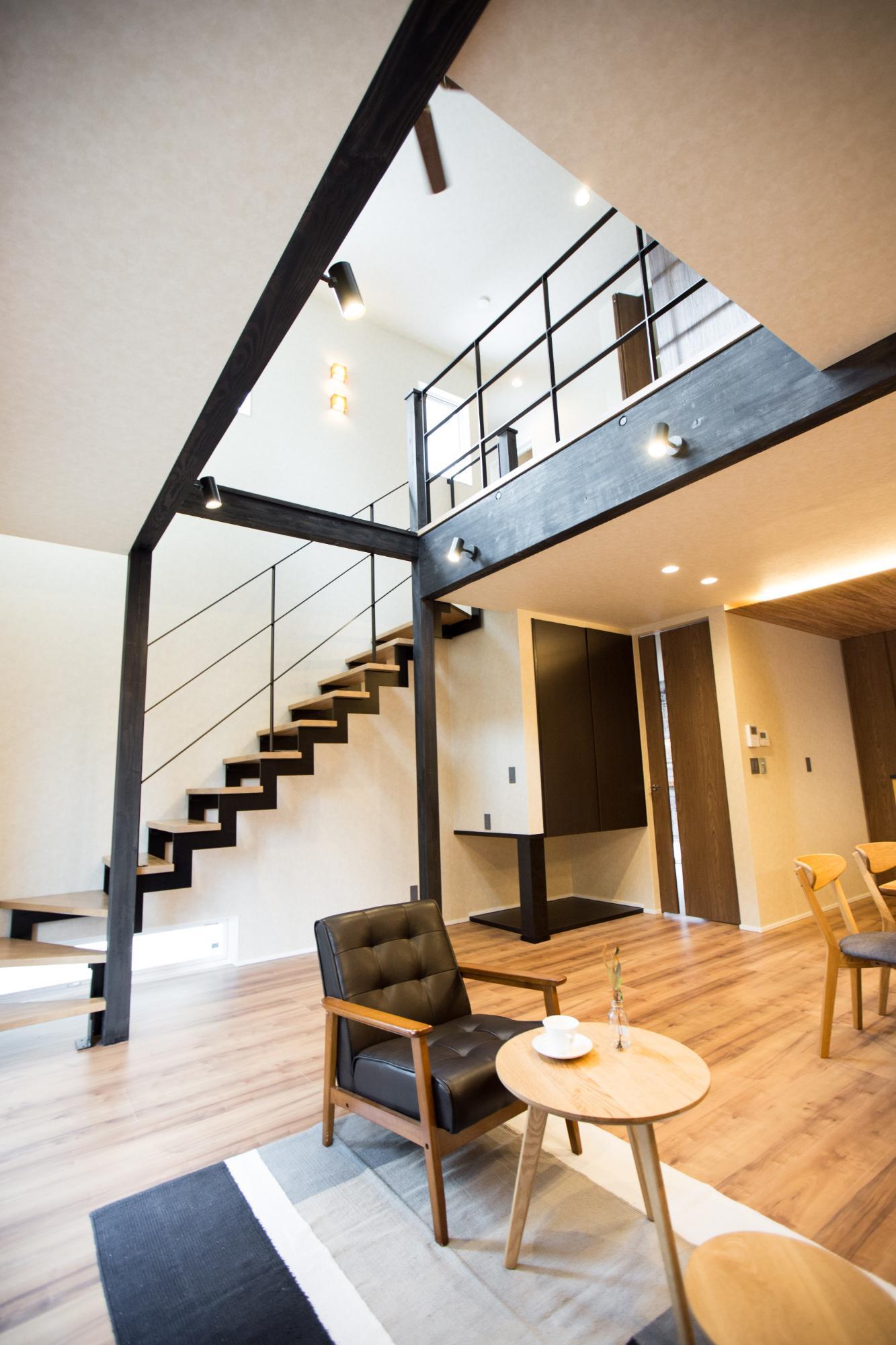ニコハウス株式会社「ゆとり空間とこだわりが詰まったスタイリッシュハウス」のモダンなリビング・ダイニングの実例写真