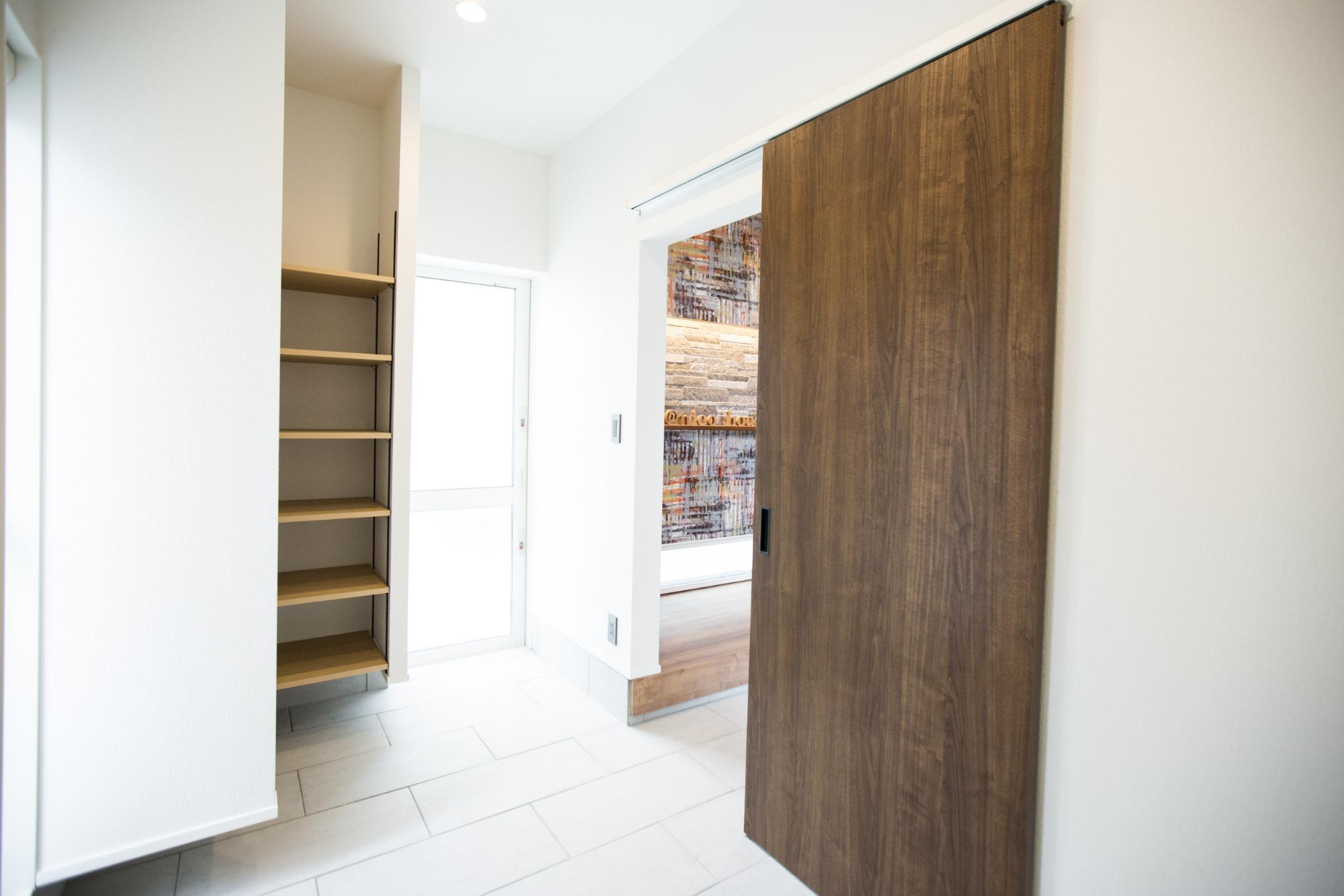 ニコハウス株式会社「ゆとり空間とこだわりが詰まったスタイリッシュハウス」のシンプル・ナチュラルな玄関の実例写真