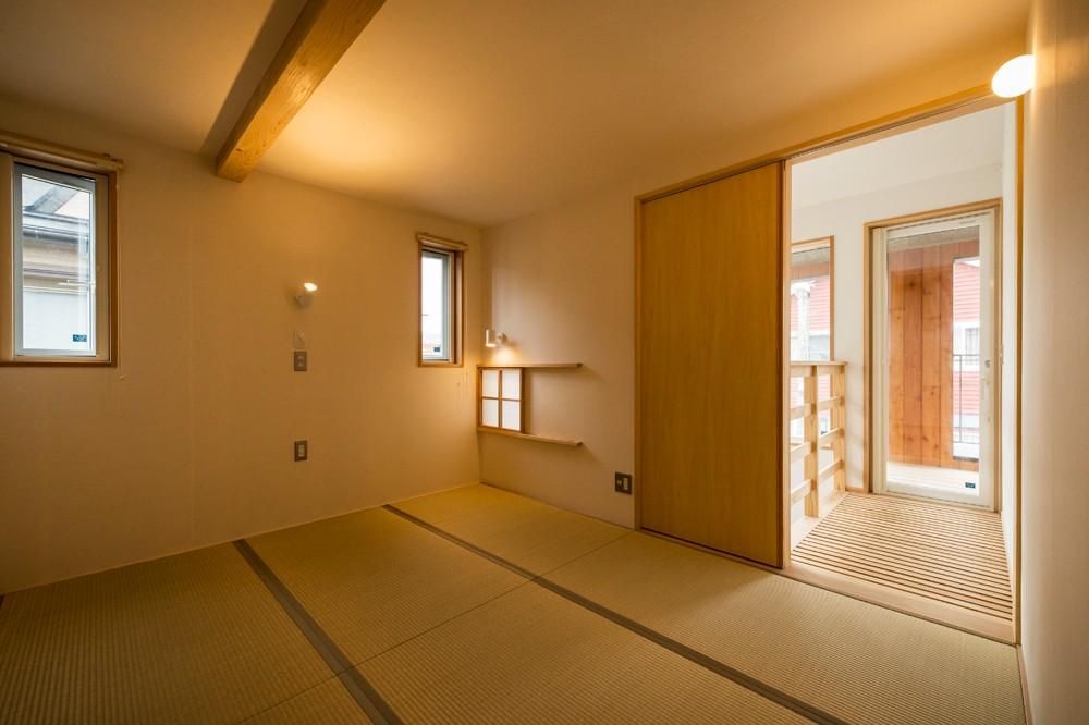 有限会社丸正建設「内と外が繋がる自然素材の住まい」の自然素材な居室の実例写真