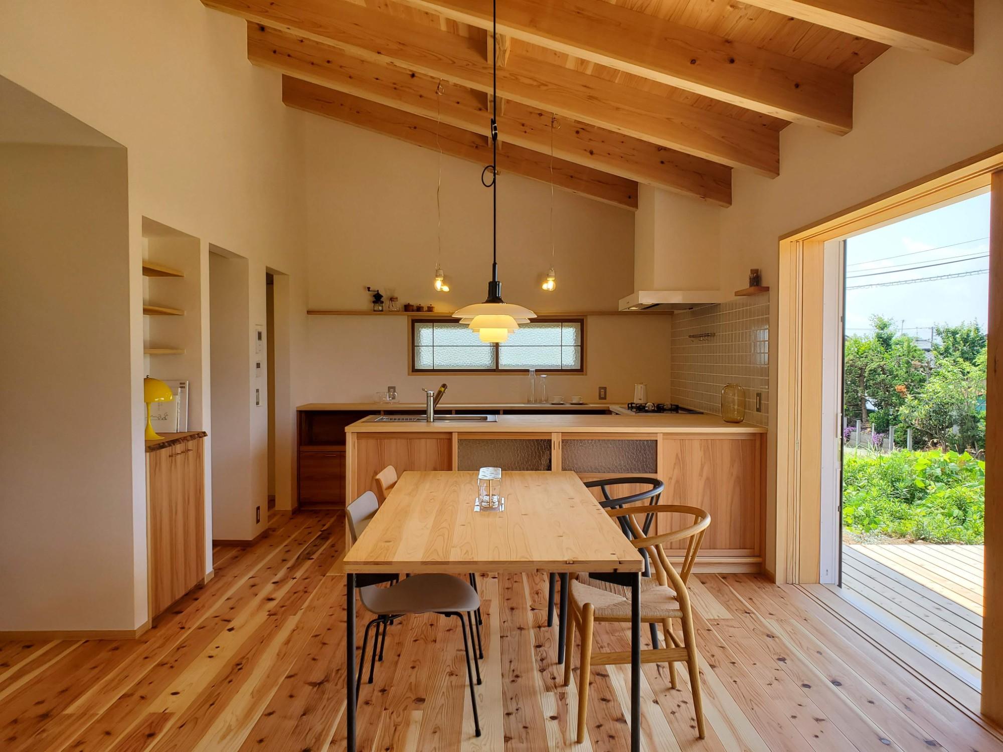 有限会社丸正建設「景色を楽しむ平屋の家」の自然素材なリビング・ダイニングの実例写真