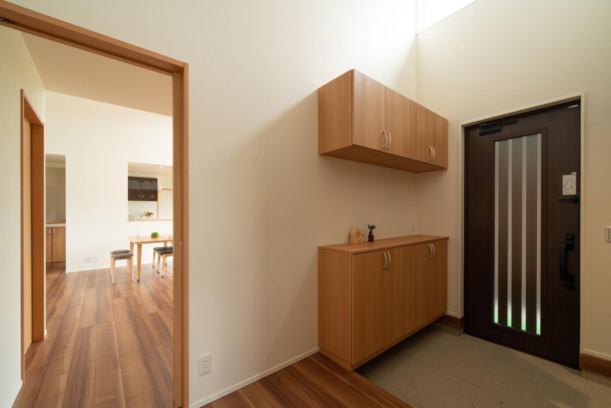 株式会社ハウジングシステム・トーア「勾配天井から差し込む光が家族の心を癒す家」のシンプル・ナチュラルな玄関の実例写真