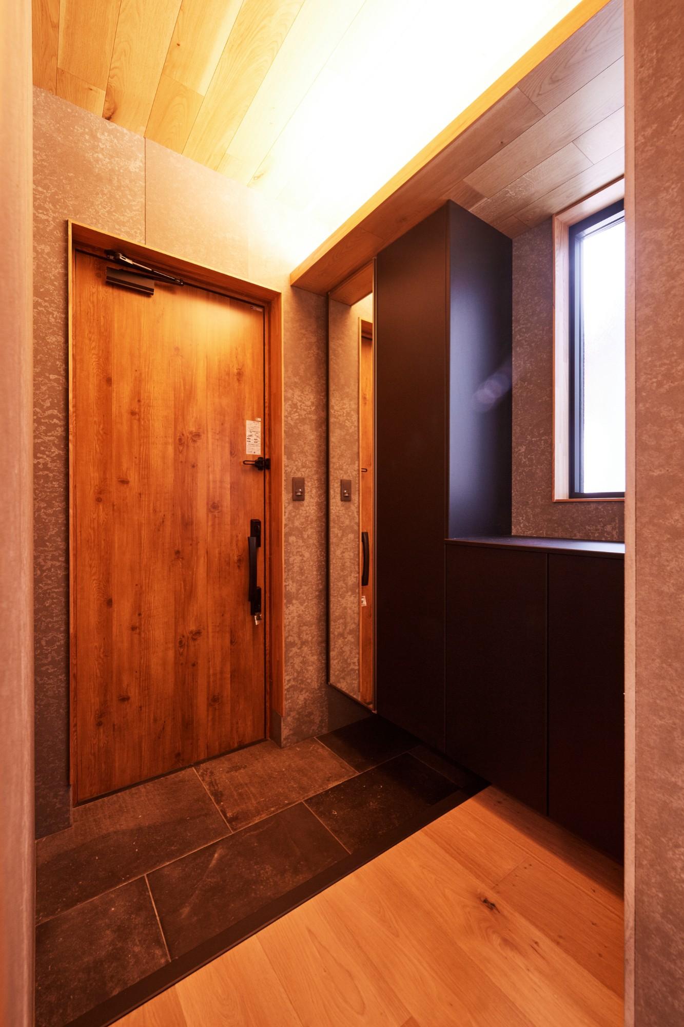 DETAIL HOME(ディテールホーム)「コンパクトにデザインする家」のシンプル・ナチュラルな玄関の実例写真
