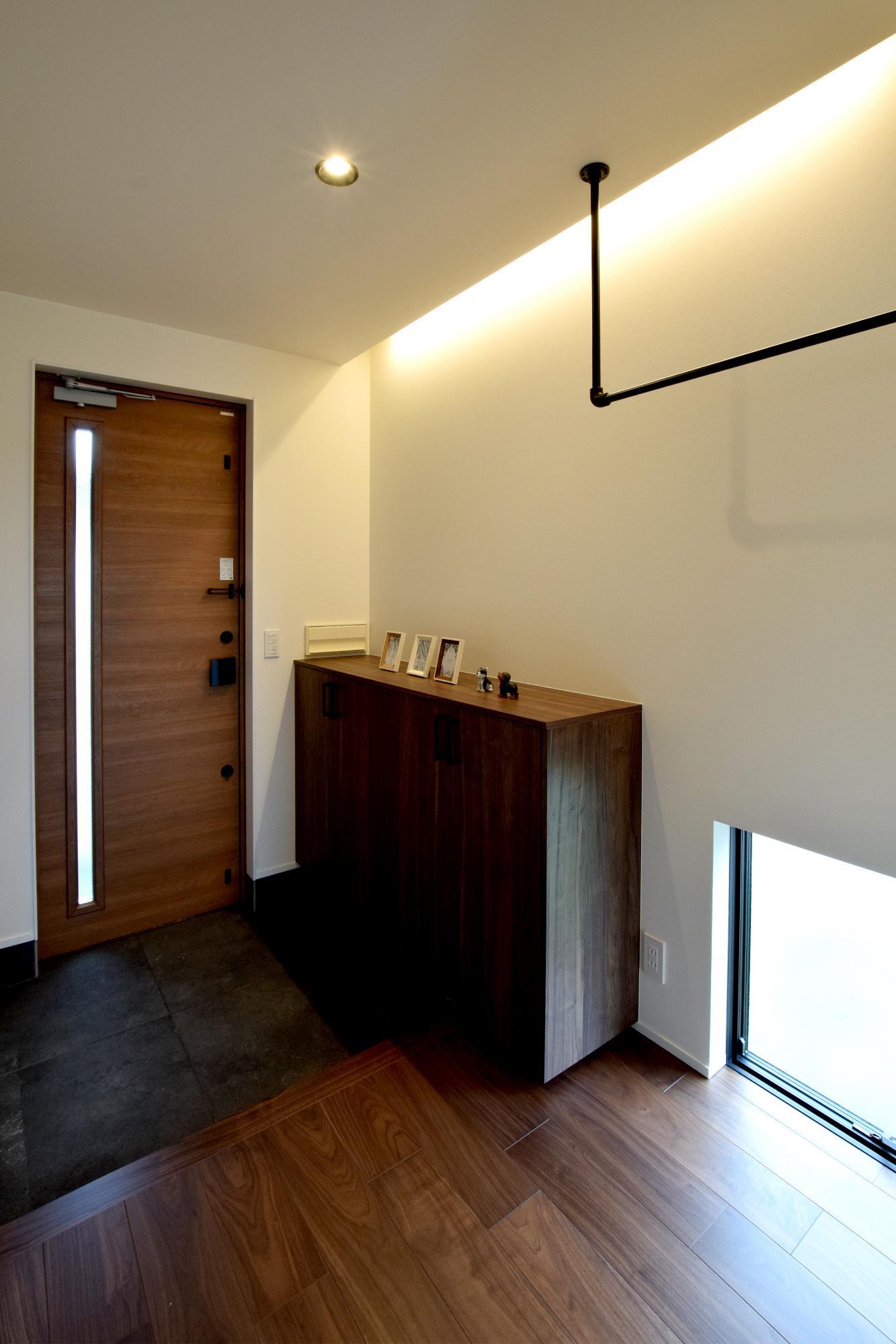 DETAIL HOME(ディテールホーム)「充実収納のスタイリッシュハウス」のモダン・和風・和モダンな玄関の実例写真
