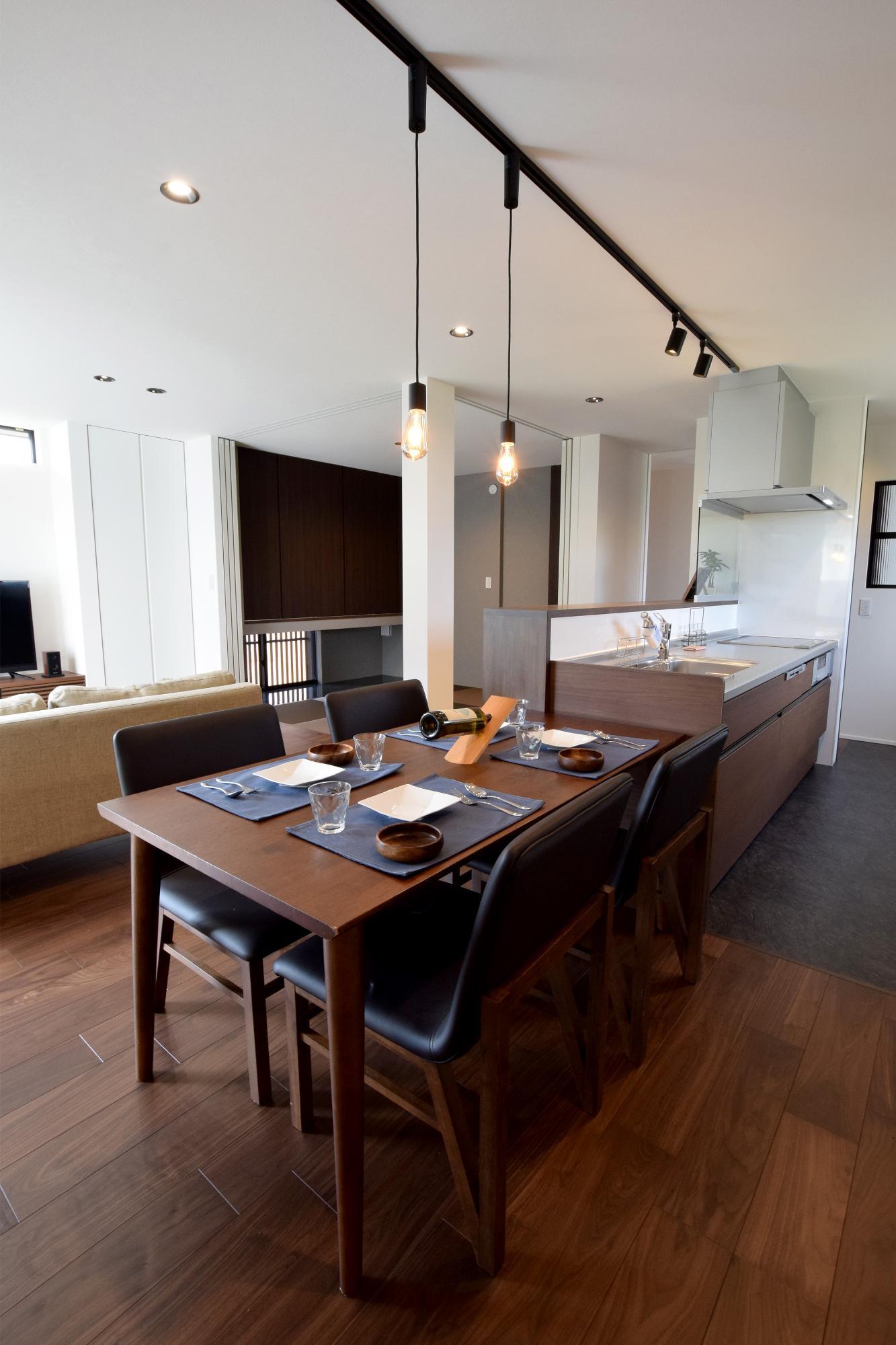 DETAIL HOME(ディテールホーム)「充実収納のスタイリッシュハウス」のモダン・和風・和モダンなキッチンの実例写真