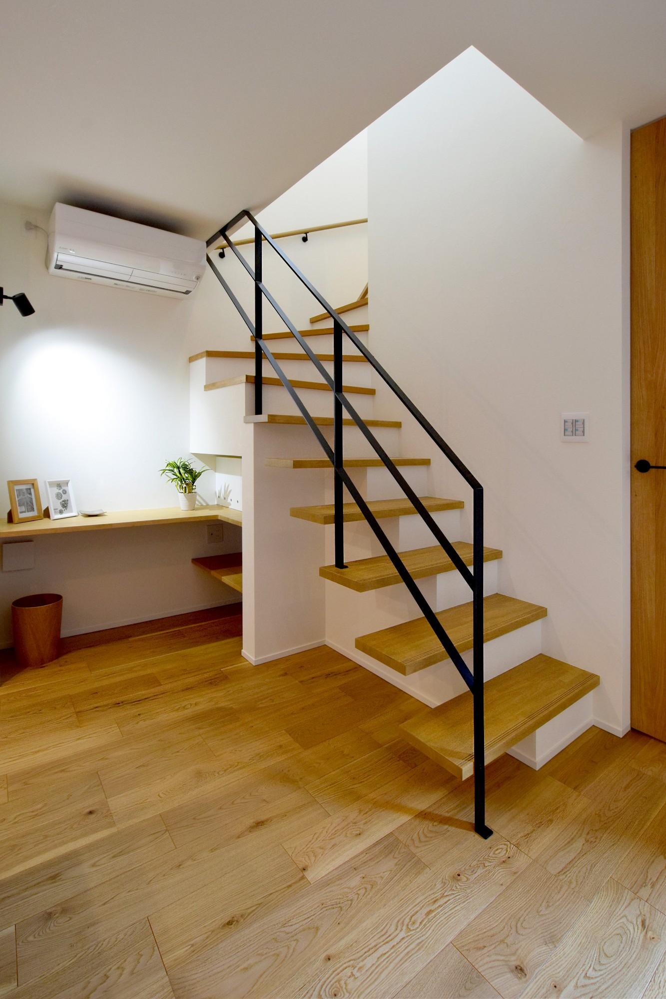 DETAIL HOME(ディテールホーム)「オークを基調としたナチュラルモダンな家」のシンプル・ナチュラルな階段の実例写真
