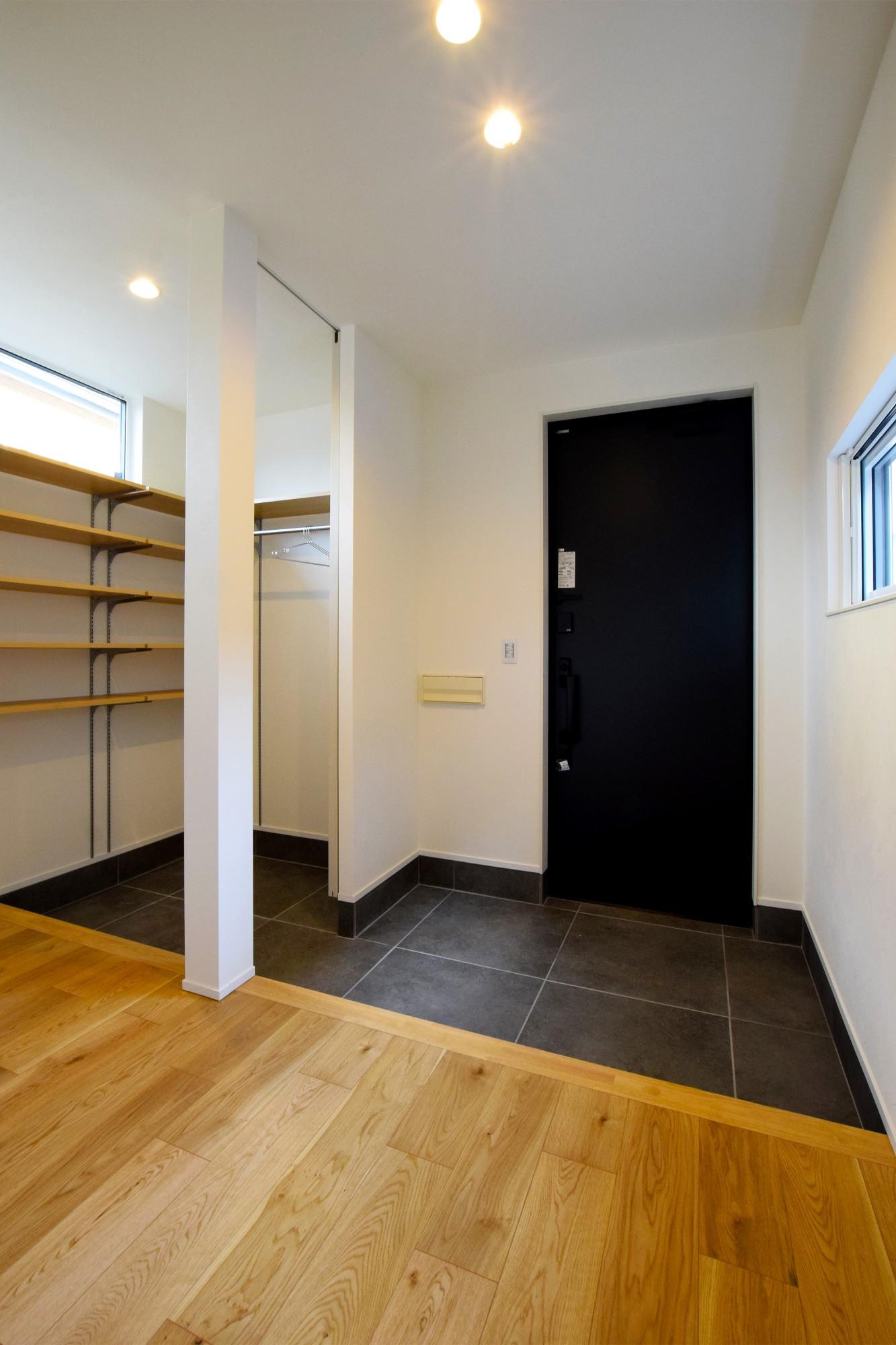 DETAIL HOME(ディテールホーム)「オークを基調としたナチュラルモダンな家」のシンプル・ナチュラルな玄関の実例写真