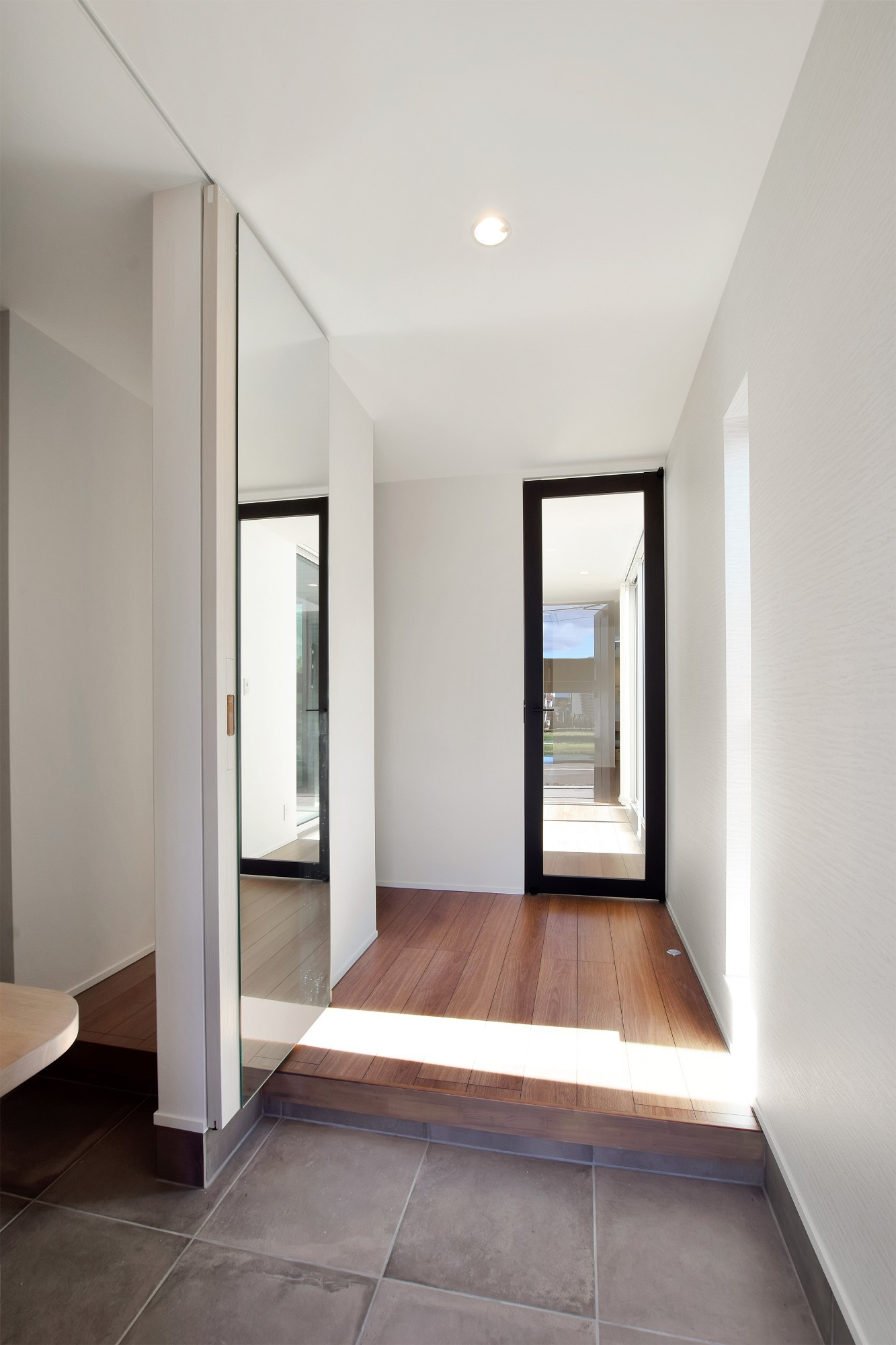 DETAIL HOME(ディテールホーム)「L字型LDKとプライベートデッキのある生活」のシンプル・ナチュラルな玄関の実例写真