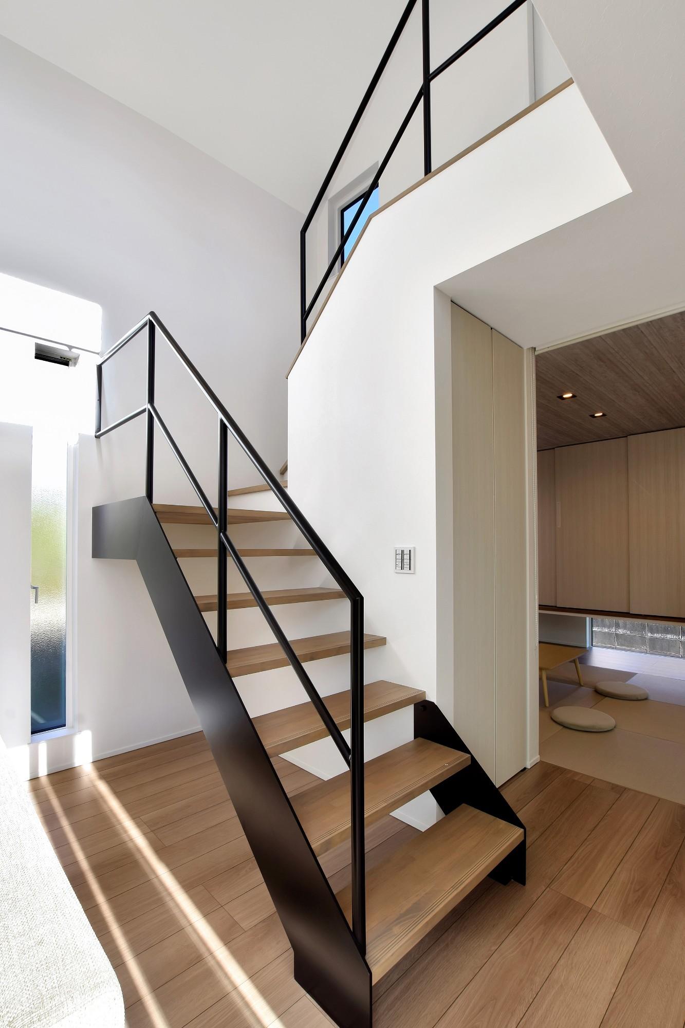 DETAIL HOME(ディテールホーム)「L字型LDKとプライベートデッキのある生活」のシンプル・ナチュラルな階段の実例写真