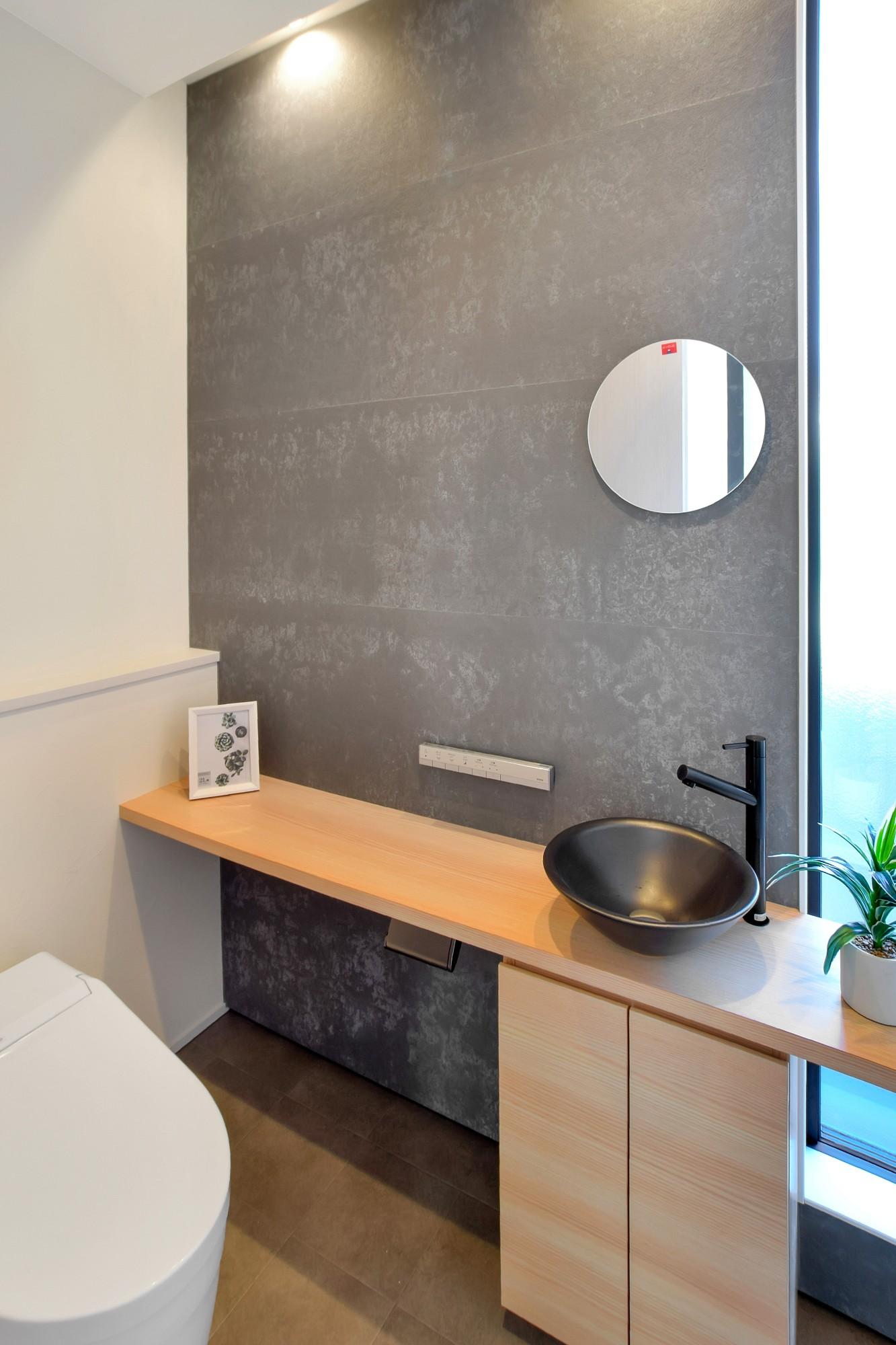 DETAIL HOME(ディテールホーム)「L字型LDKとプライベートデッキのある生活」のシンプル・ナチュラルなトイレの実例写真