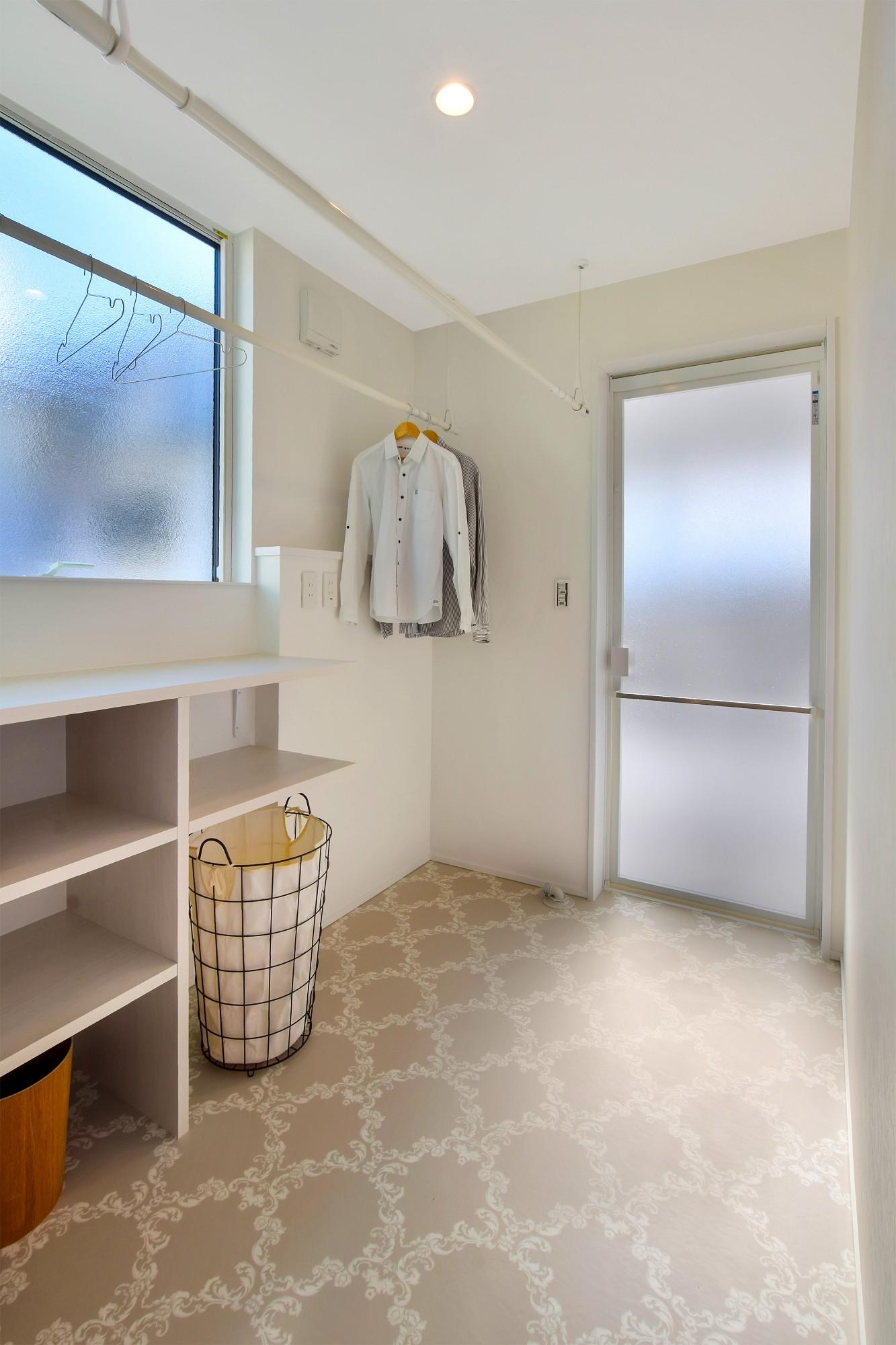 DETAIL HOME(ディテールホーム)「L字型LDKとプライベートデッキのある生活」のシンプル・ナチュラルな洗面所・脱衣所の実例写真