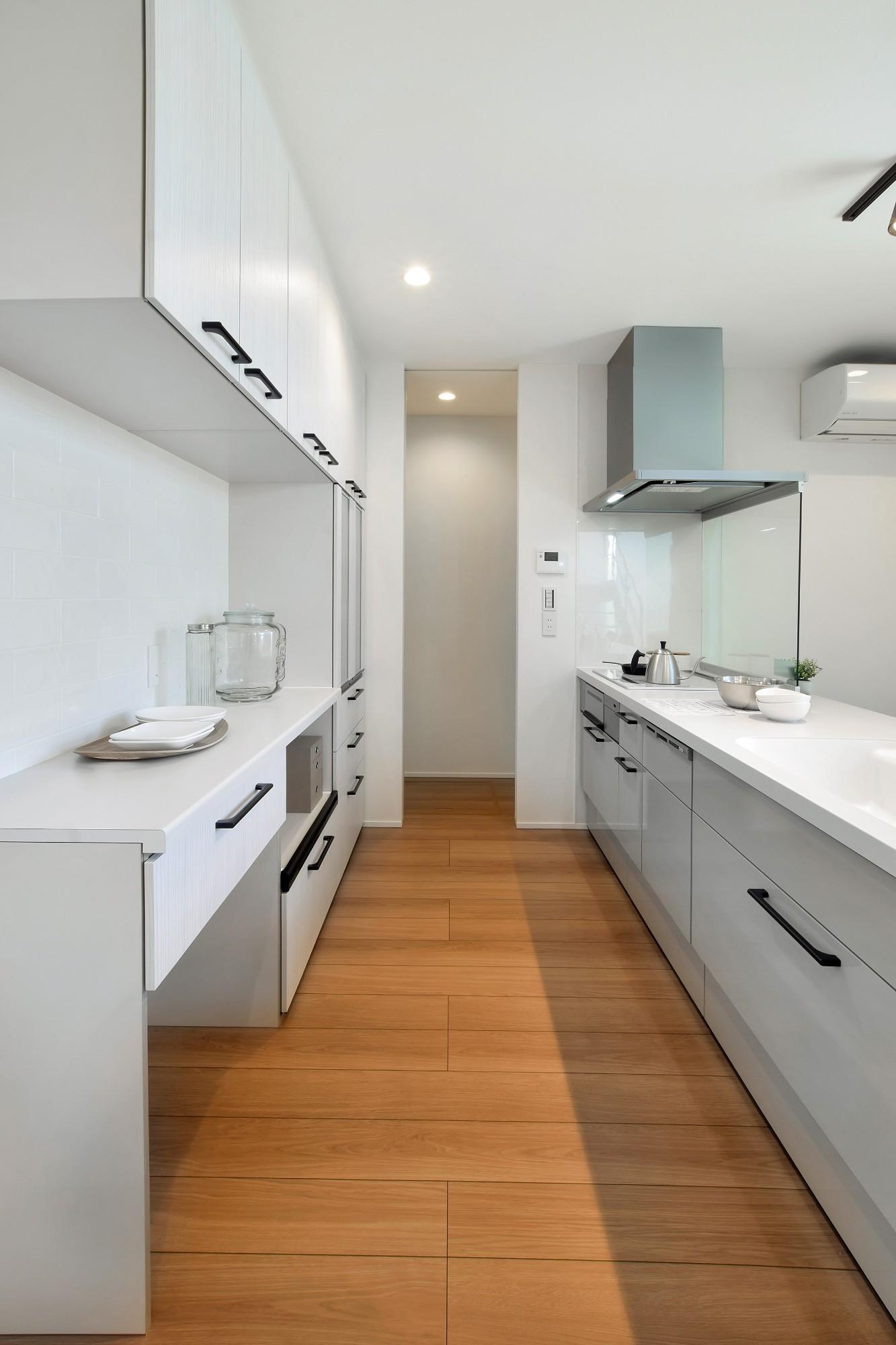 DETAIL HOME(ディテールホーム)「L字型LDKとプライベートデッキのある生活」のシンプル・ナチュラルなキッチンの実例写真