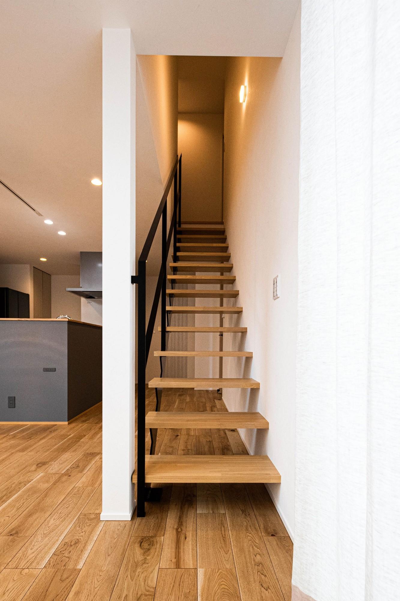 DETAIL HOME(ディテールホーム)「縦横の広がりをつくる、ツリーと吹抜けのある家」のシンプル・ナチュラルな階段の実例写真