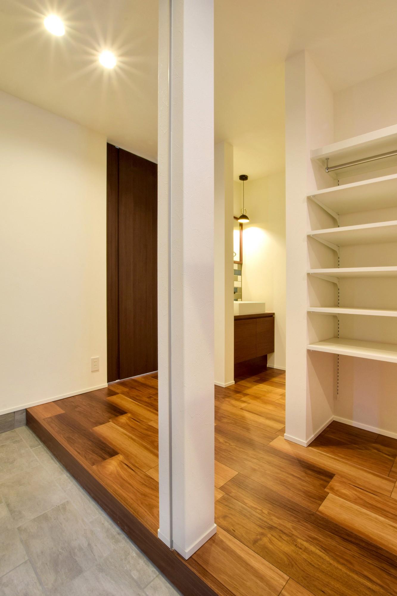 DETAIL HOME(ディテールホーム)「吹抜けのある全館空調の家」のシンプル・ナチュラルな玄関の実例写真