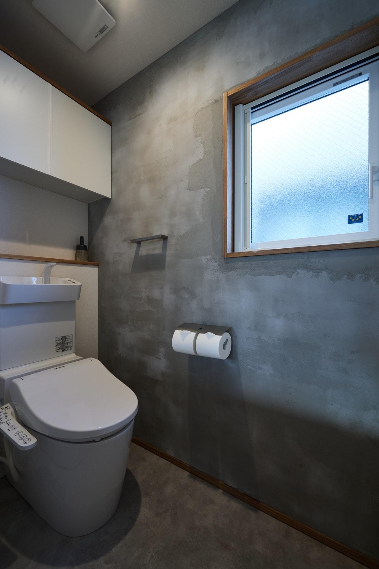 DETAIL HOME(ディテールホーム)「素材を楽しむ小さな家」のシンプル・ナチュラルなトイレの実例写真