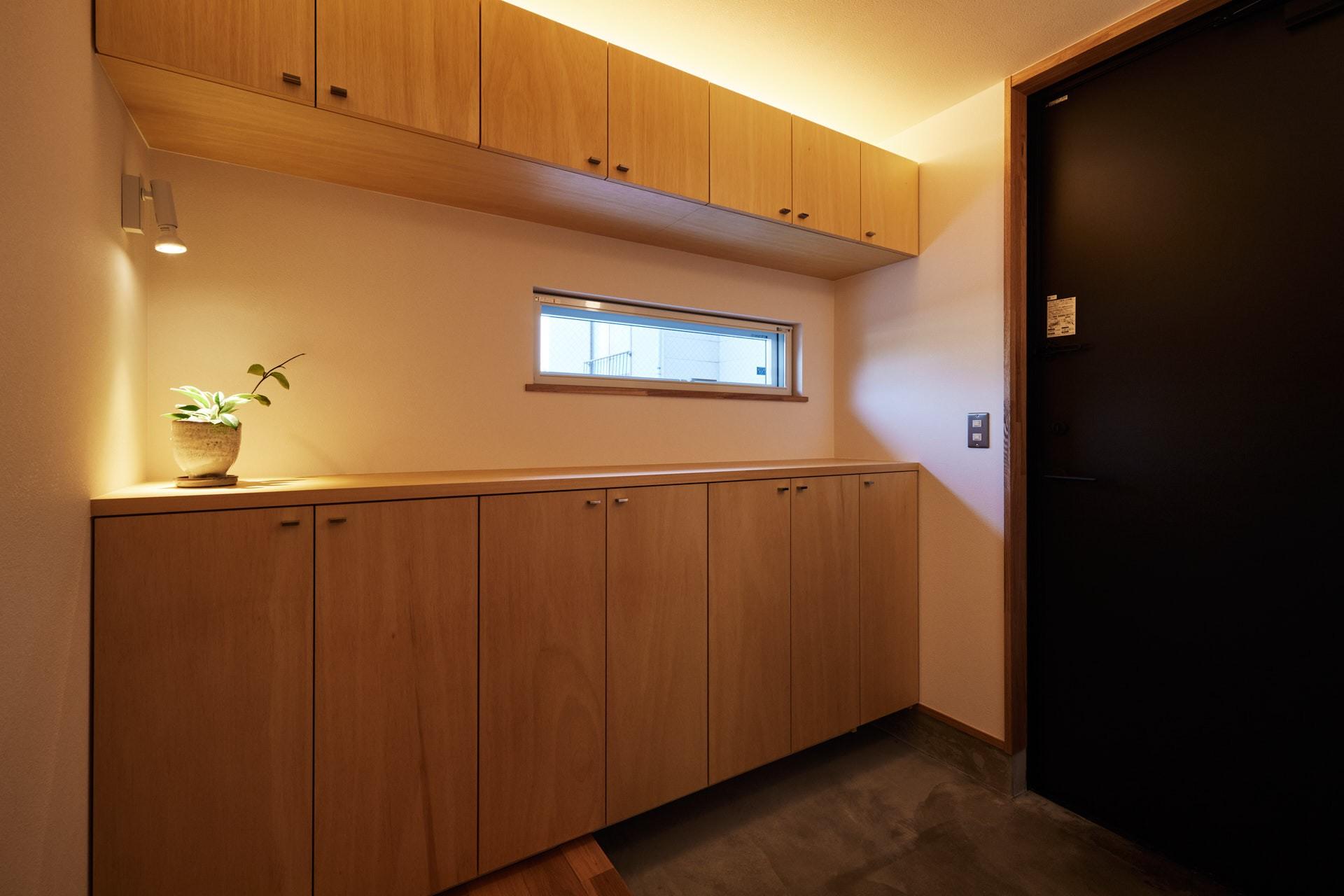 DETAIL HOME(ディテールホーム)「素材を楽しむ小さな家」のシンプル・ナチュラルな玄関の実例写真