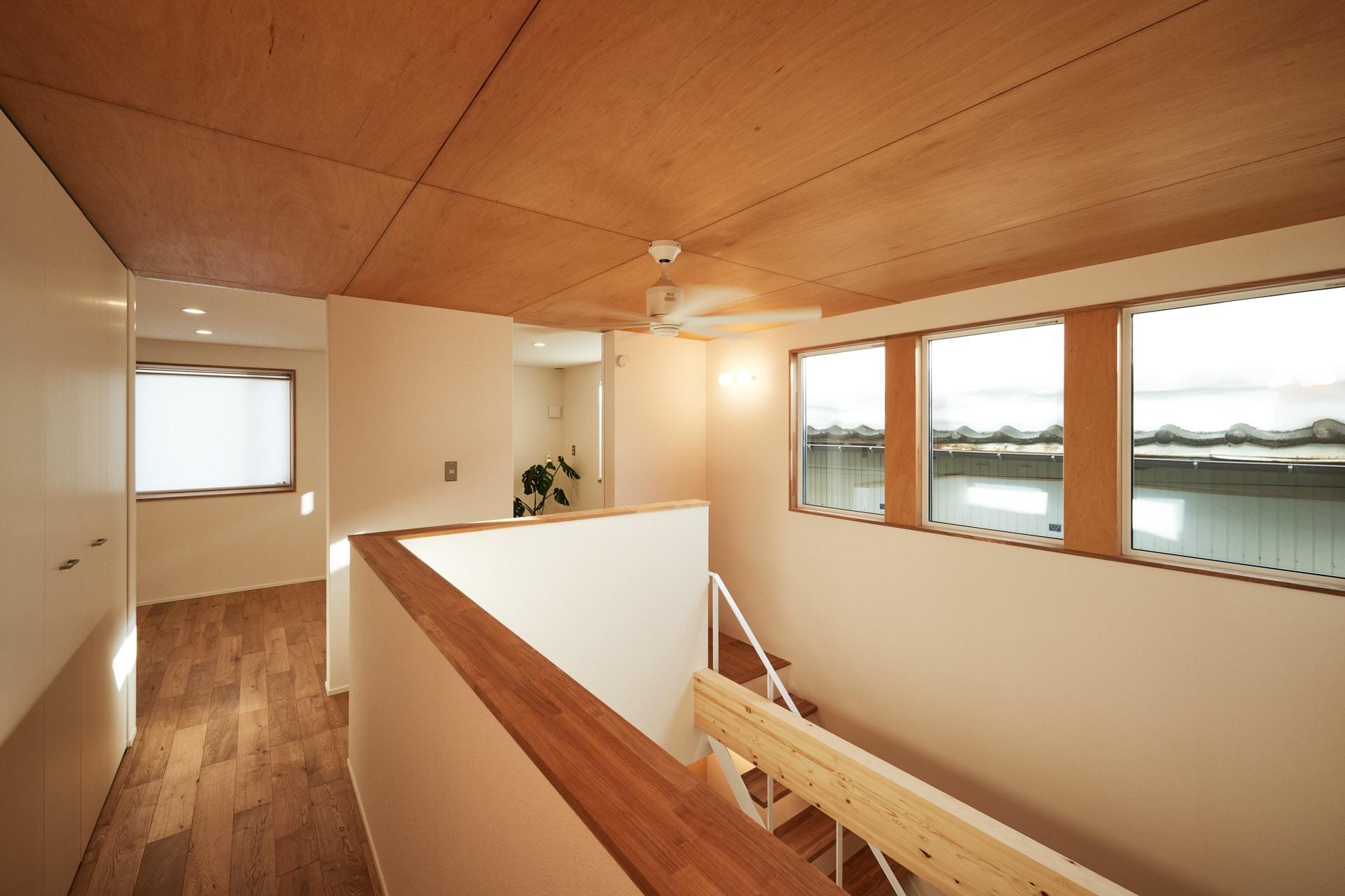 DETAIL HOME(ディテールホーム)「素材を楽しむ小さな家」のシンプル・ナチュラルな廊下の実例写真