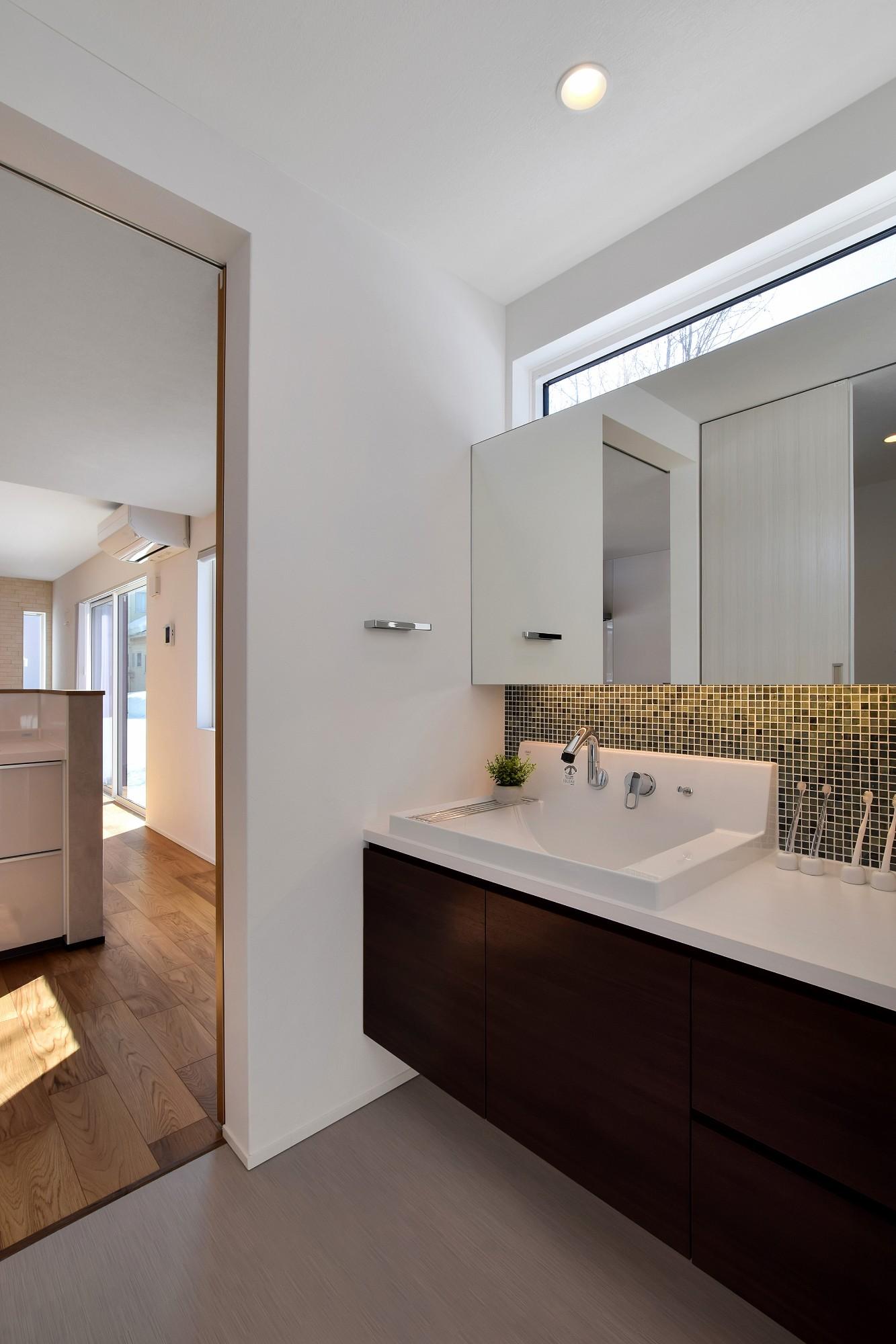 DETAIL HOME(ディテールホーム)「インナーガレージとアルコーブで得るゆとりの住まい」のシンプル・ナチュラルな洗面所・脱衣所の実例写真