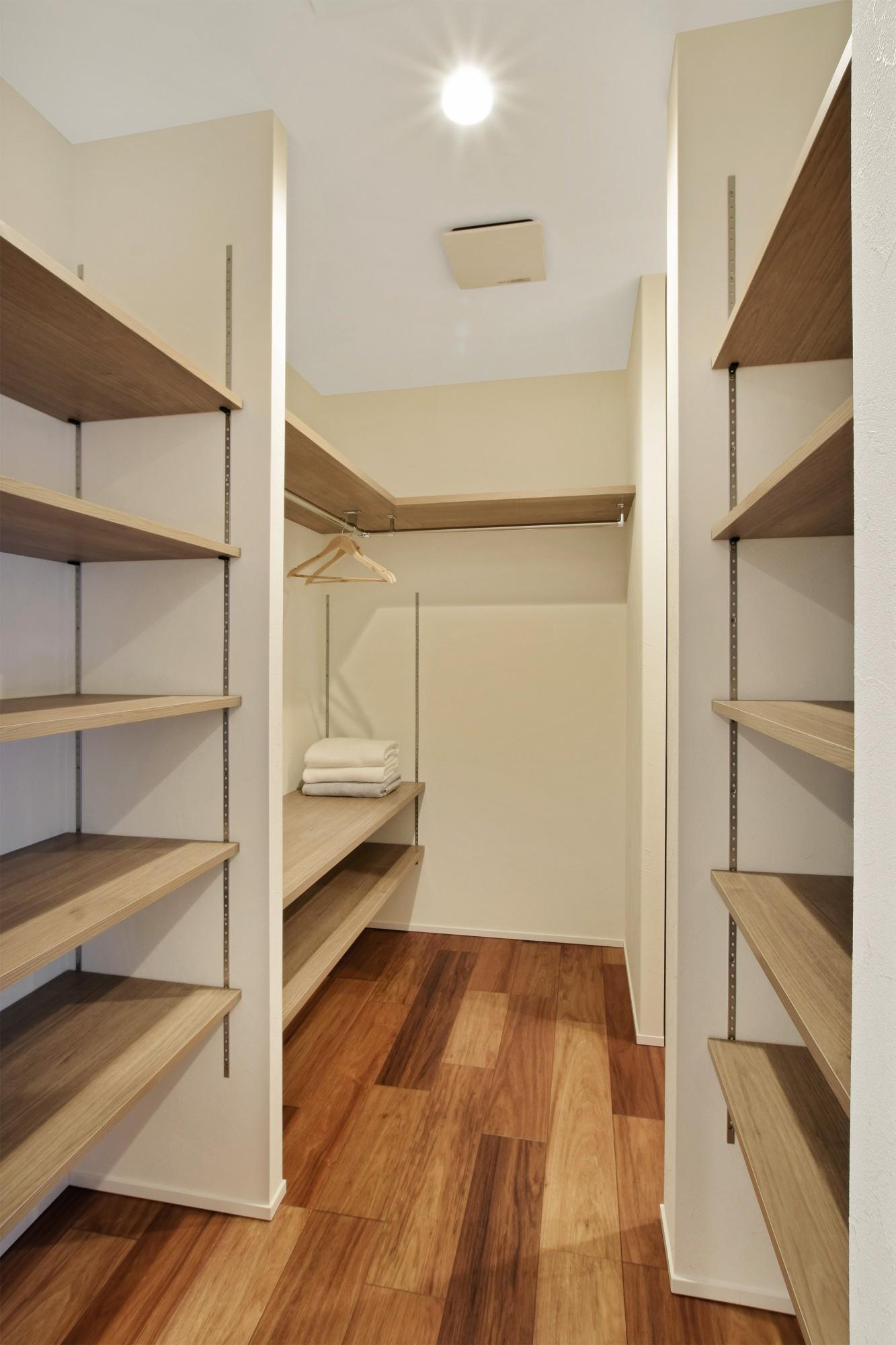 DETAIL HOME(ディテールホーム)「モールテックスキッチンとインテリアにこだわった住まい」のシンプル・ナチュラルな収納スペースの実例写真