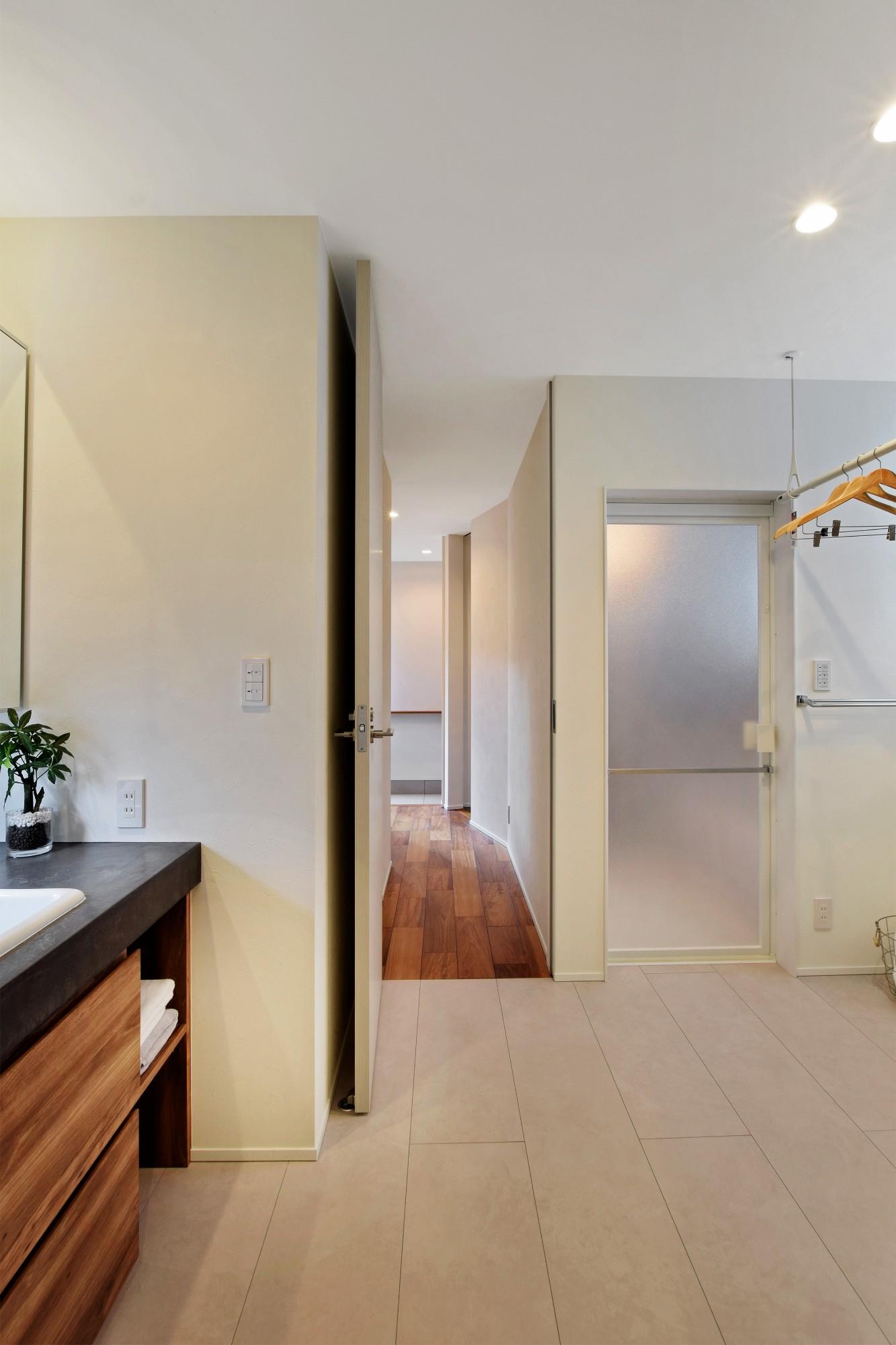 DETAIL HOME(ディテールホーム)「モールテックスキッチンとインテリアにこだわった住まい」のシンプル・ナチュラルな洗面所・脱衣所の実例写真