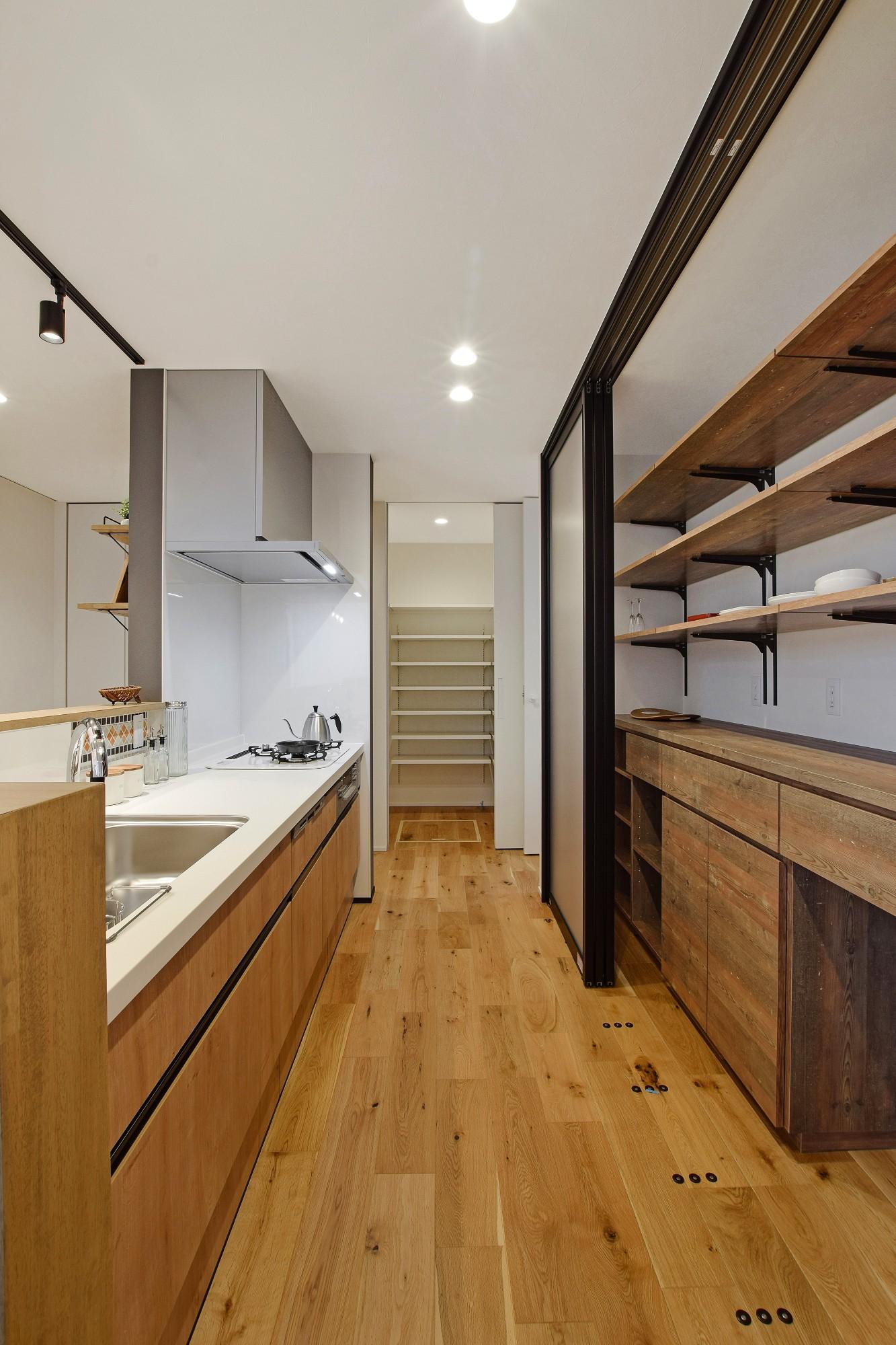 DETAIL HOME(ディテールホーム)「内と外がつながる吹抜け大開口の住まい」のヴィンテージなキッチンの実例写真