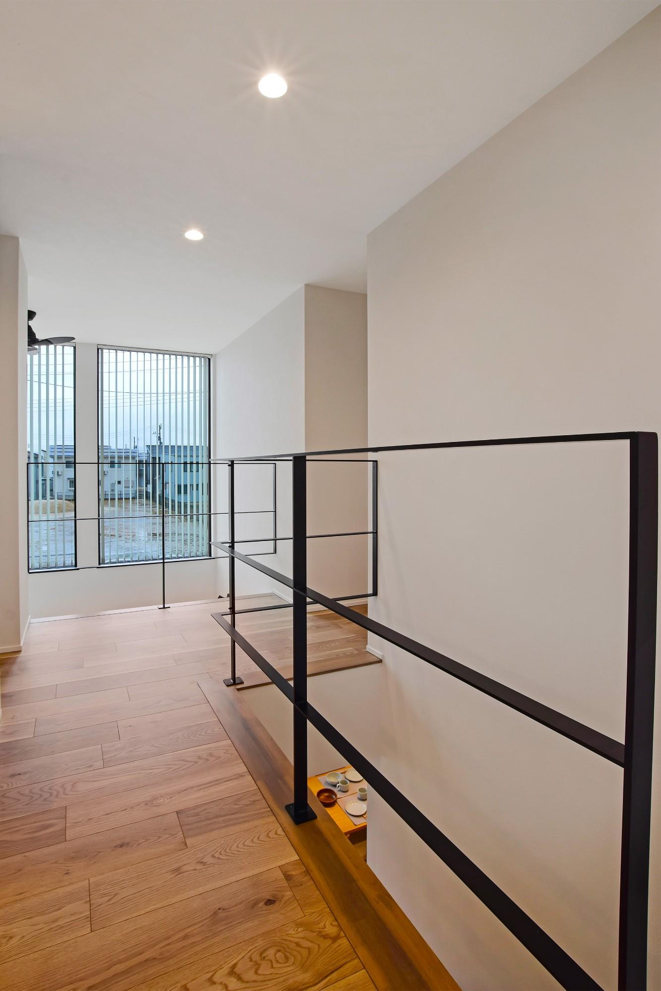 DETAIL HOME(ディテールホーム)「内と外がつながる吹抜け大開口の住まい」のヴィンテージな廊下の実例写真