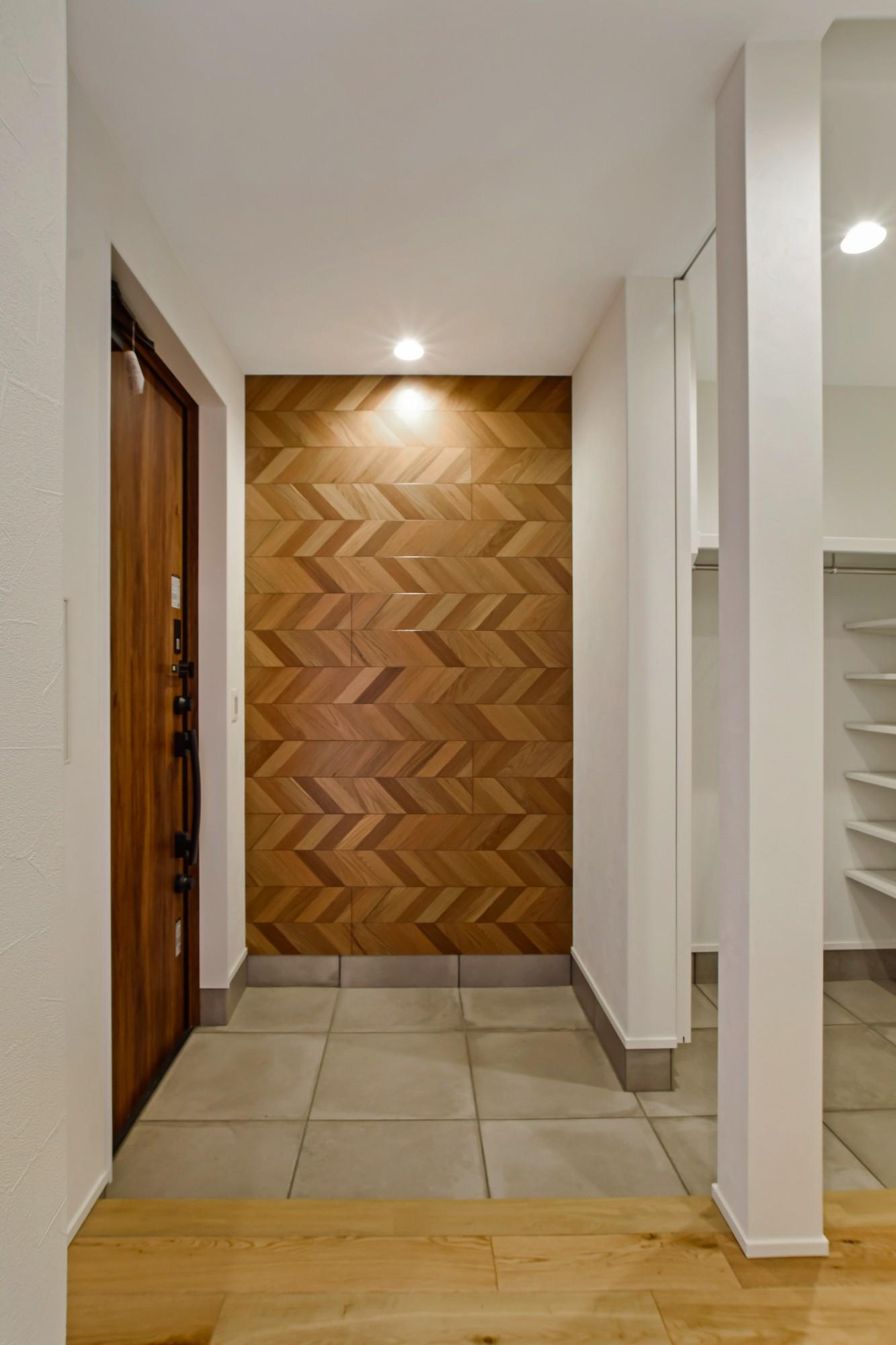 DETAIL HOME(ディテールホーム)「内と外がつながる吹抜け大開口の住まい」のヴィンテージな玄関の実例写真