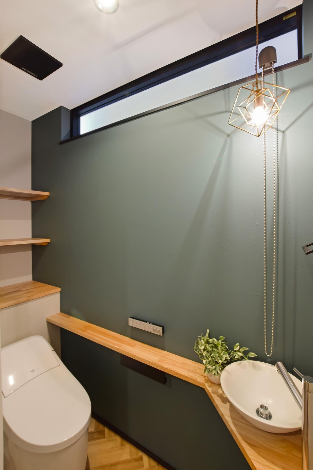 DETAIL HOME(ディテールホーム)「内と外がつながる吹抜け大開口の住まい」のヴィンテージなトイレの実例写真