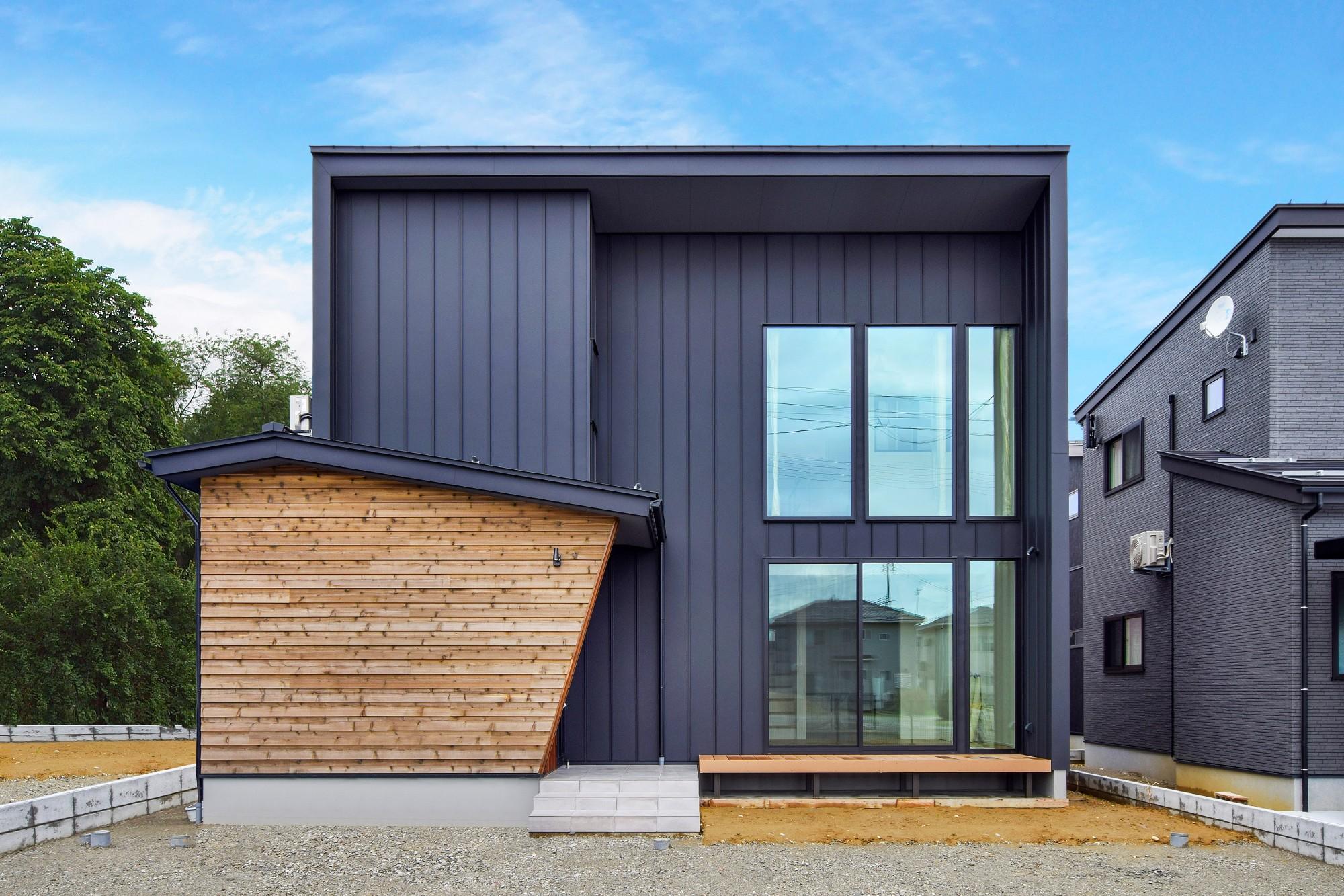 DETAIL HOME(ディテールホーム)「内と外がつながる吹抜け大開口の住まい」のヴィンテージな外観の実例写真