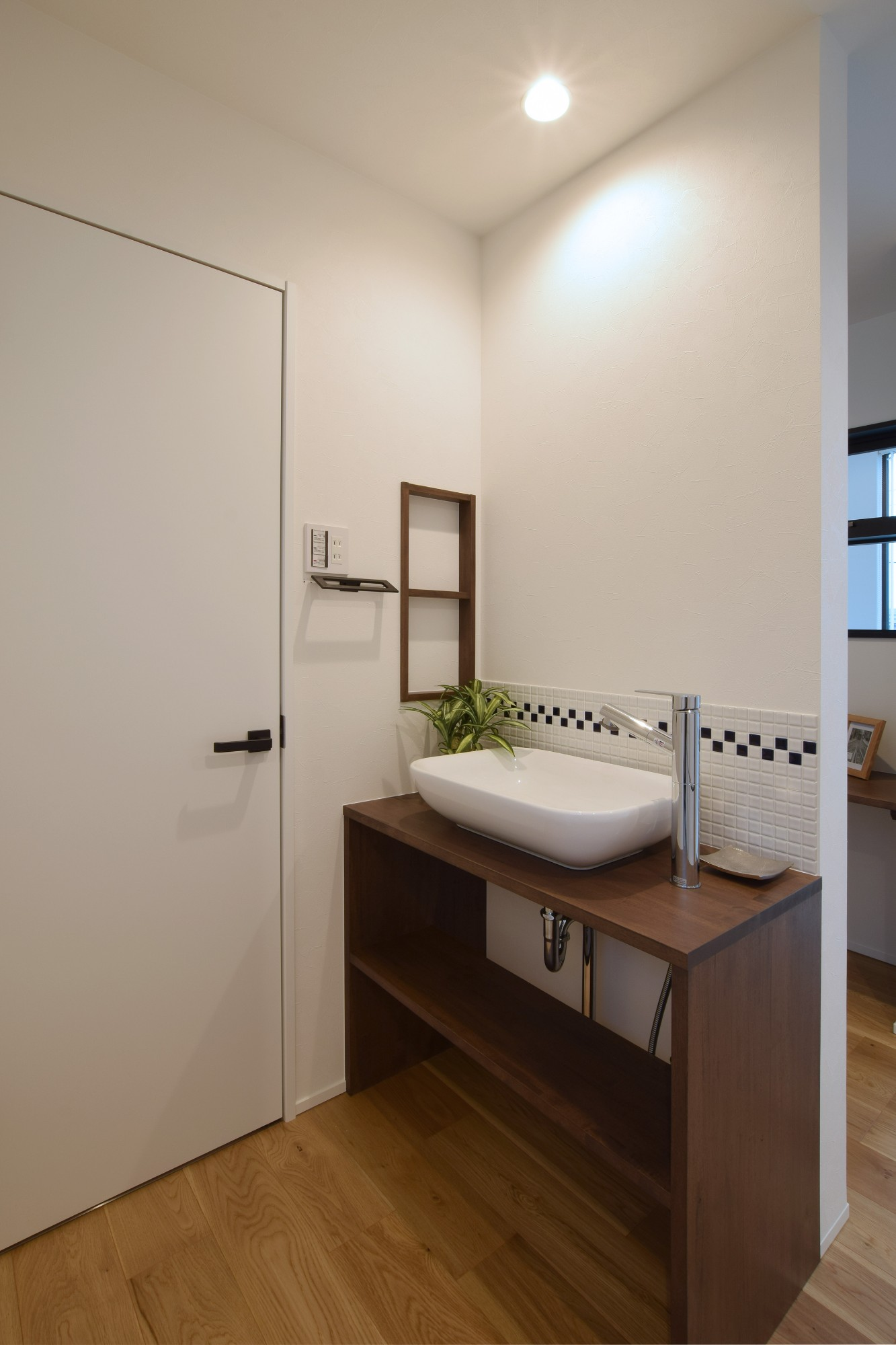 DETAIL HOME(ディテールホーム)「内と外がつながる吹抜け大開口の住まい」のヴィンテージな洗面所・脱衣所の実例写真
