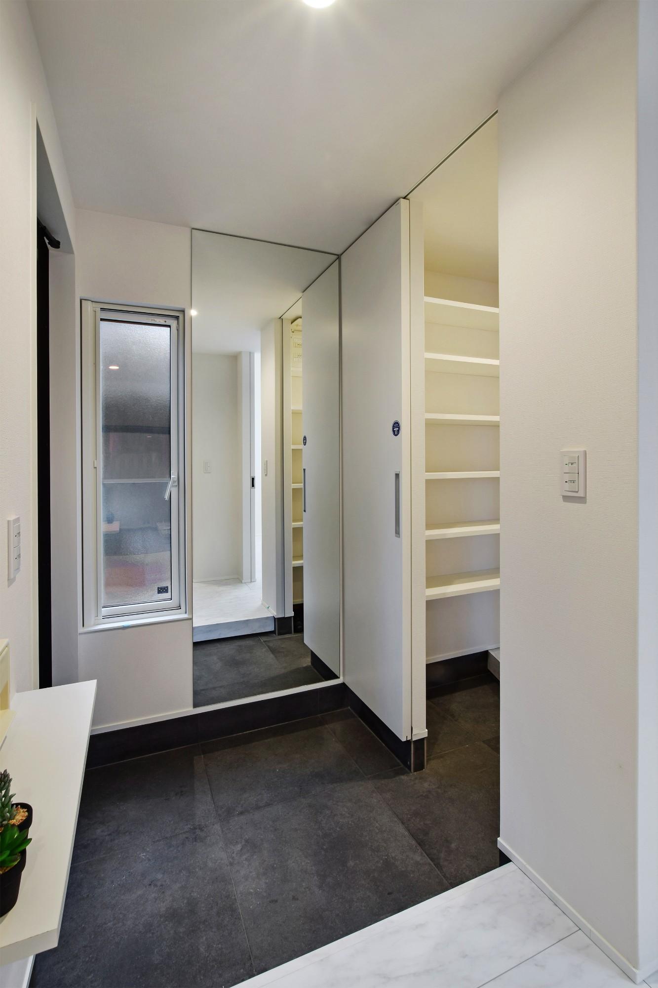 DETAIL HOME(ディテールホーム)「40代からのワンフロアスタイル」のシンプル・ナチュラルな玄関の実例写真