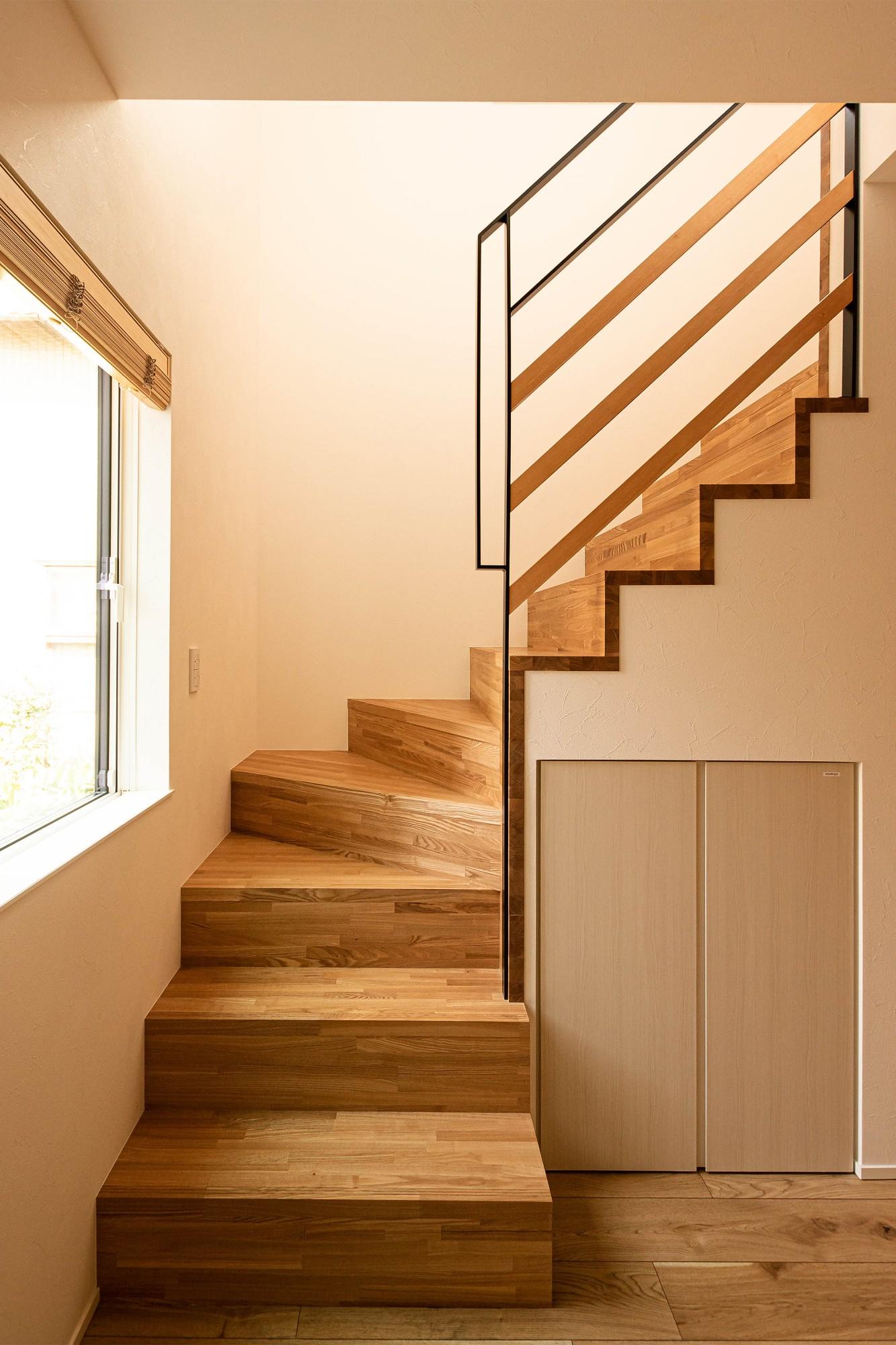 DETAIL HOME(ディテールホーム)「素材でつながる2世帯住宅」のシンプル・ナチュラルな階段の実例写真