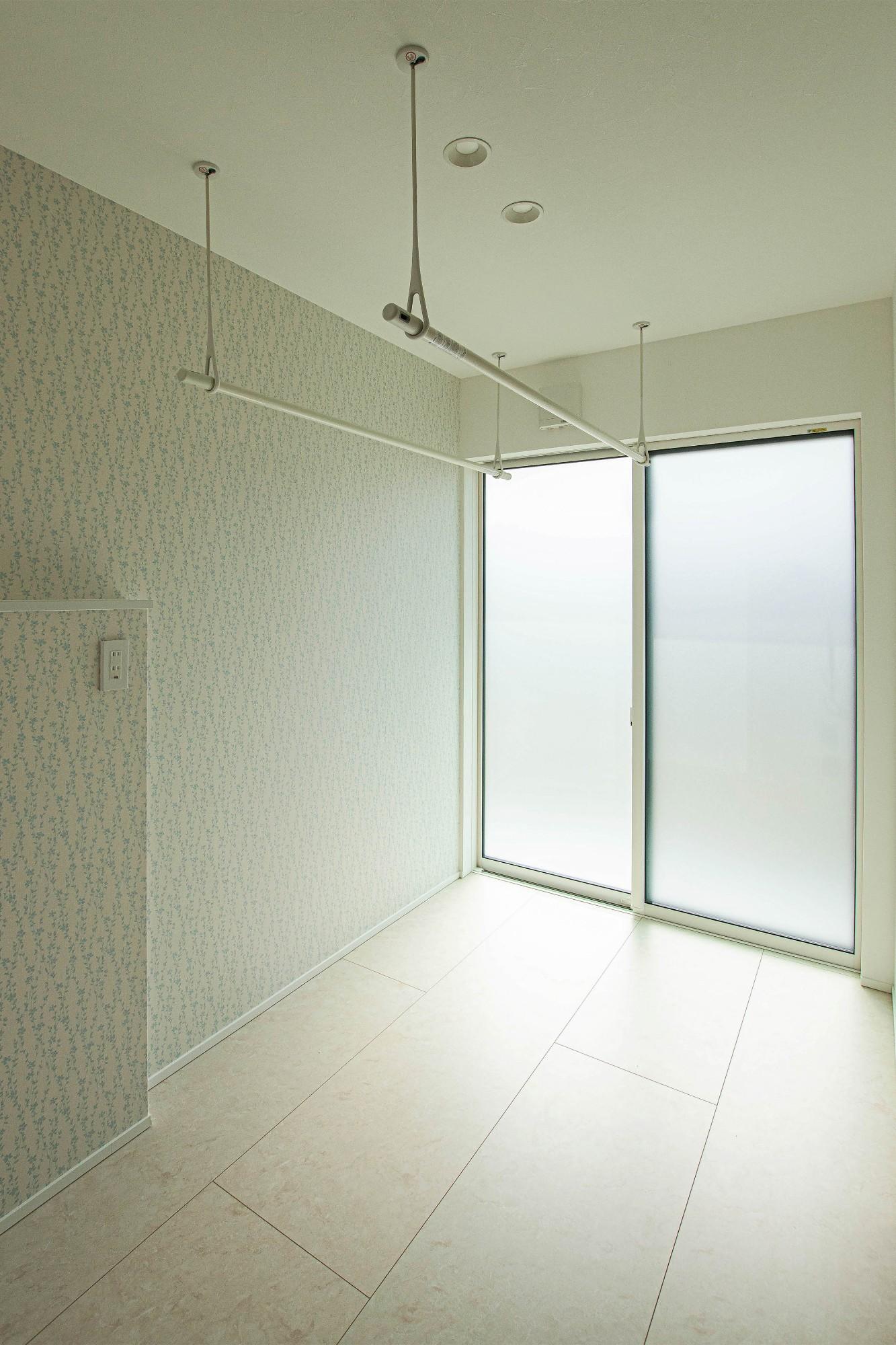 DETAIL HOME(ディテールホーム)「素材でつながる2世帯住宅」のシンプル・ナチュラルな洗面所・脱衣所の実例写真