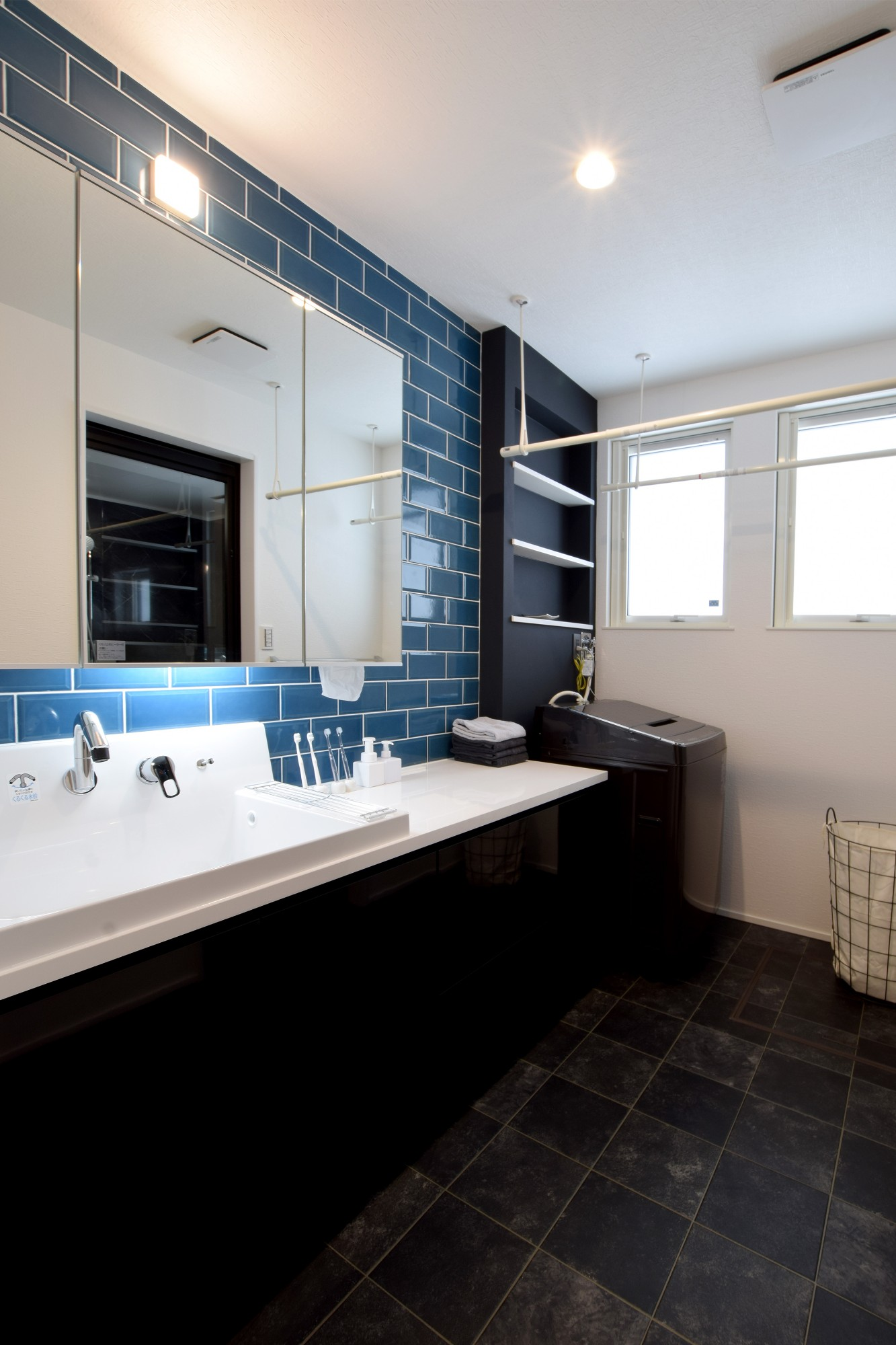 DETAIL HOME(ディテールホーム)「趣味と風景をたのしむ家」のヴィンテージな洗面所・脱衣所の実例写真