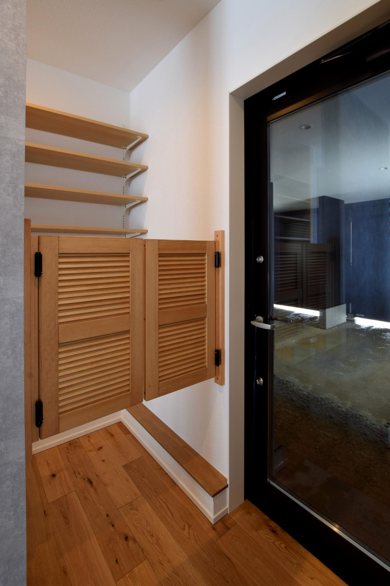 DETAIL HOME(ディテールホーム)「趣味と風景をたのしむ家」のヴィンテージな玄関の実例写真