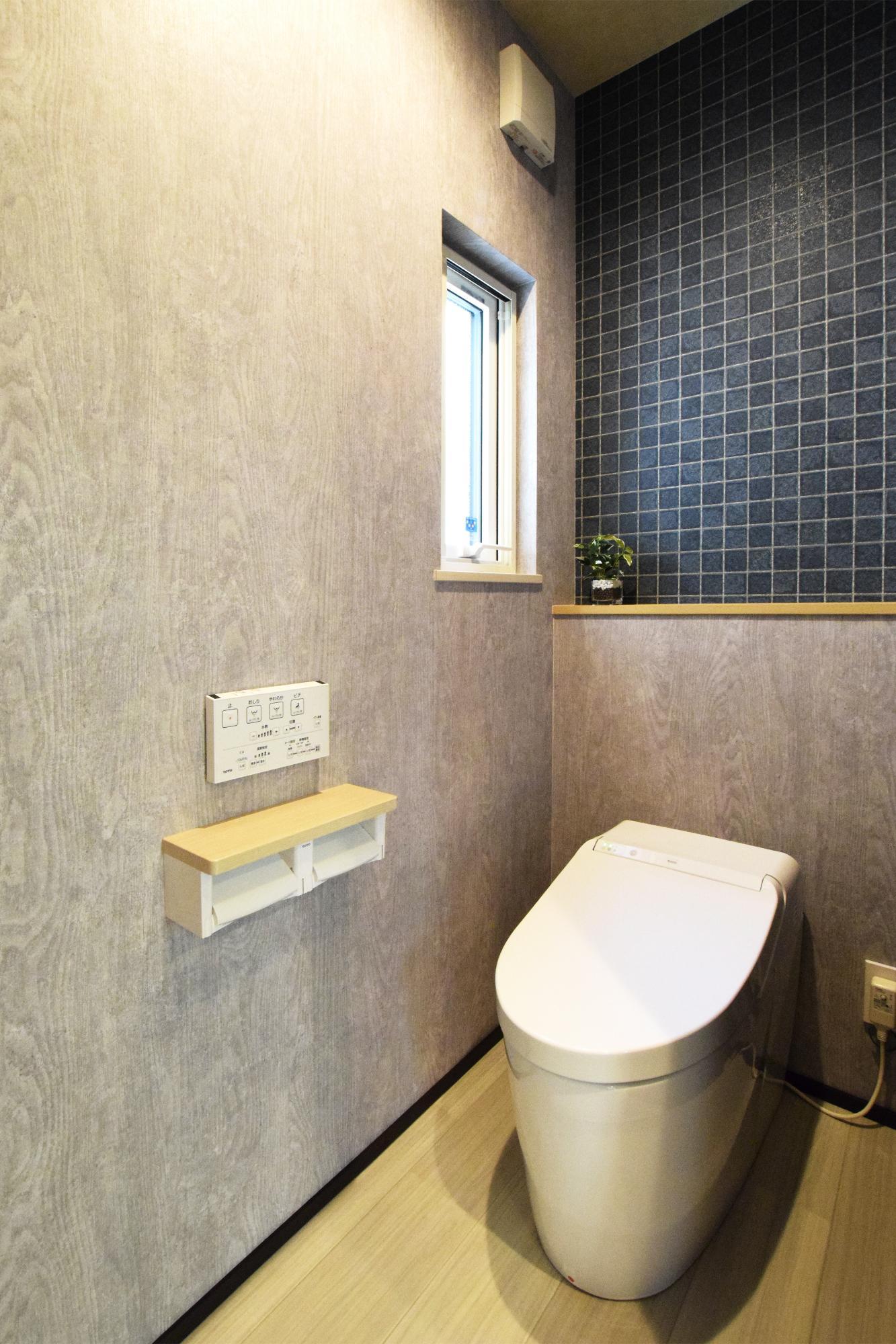 DETAIL HOME(ディテールホーム)「二世帯で住まう和モダン平屋住宅」のモダン・和風・和モダンなトイレの実例写真