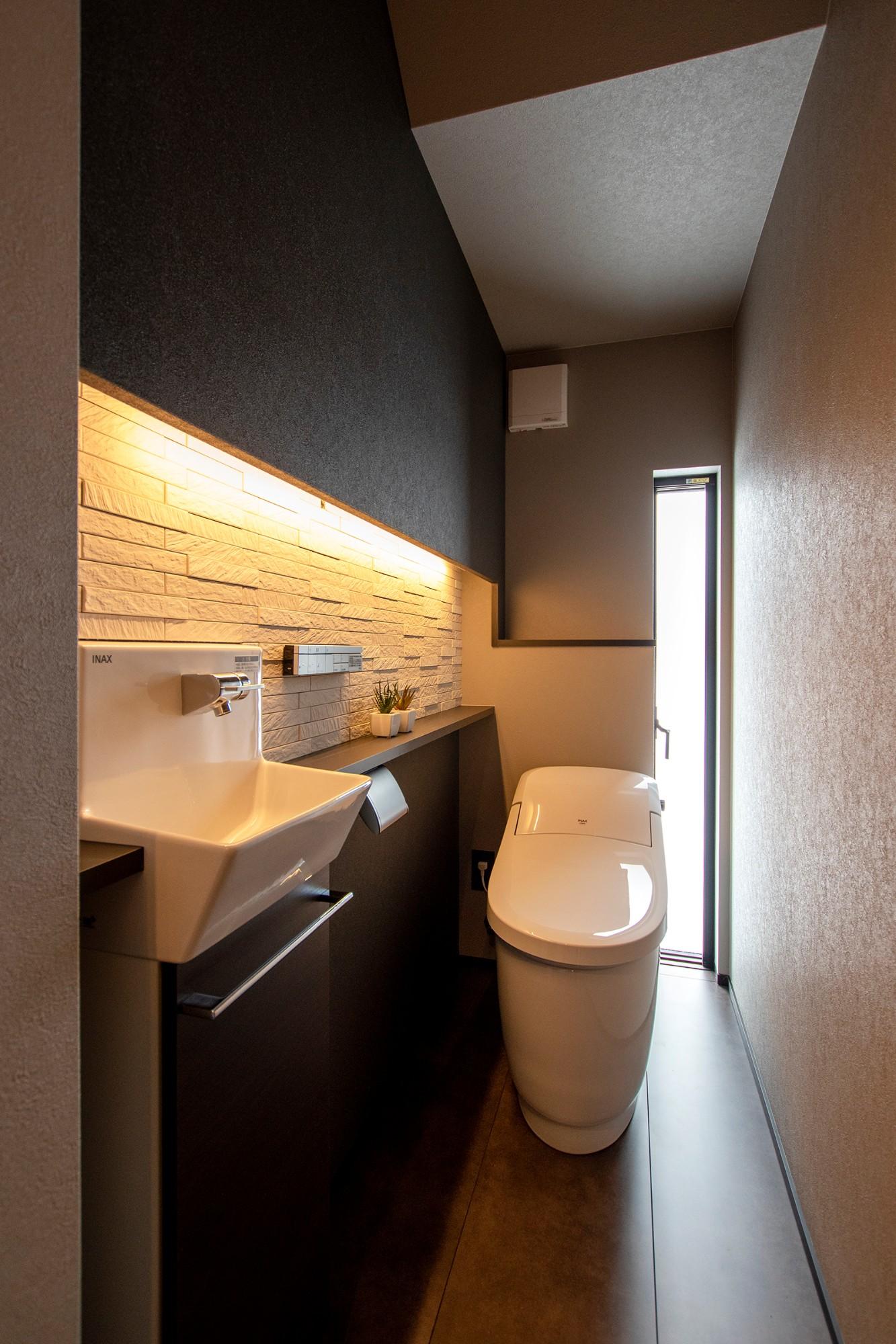 DETAIL HOME(ディテールホーム)「光が降りそそぐ開放感のある家」のシンプル・ナチュラルなトイレの実例写真