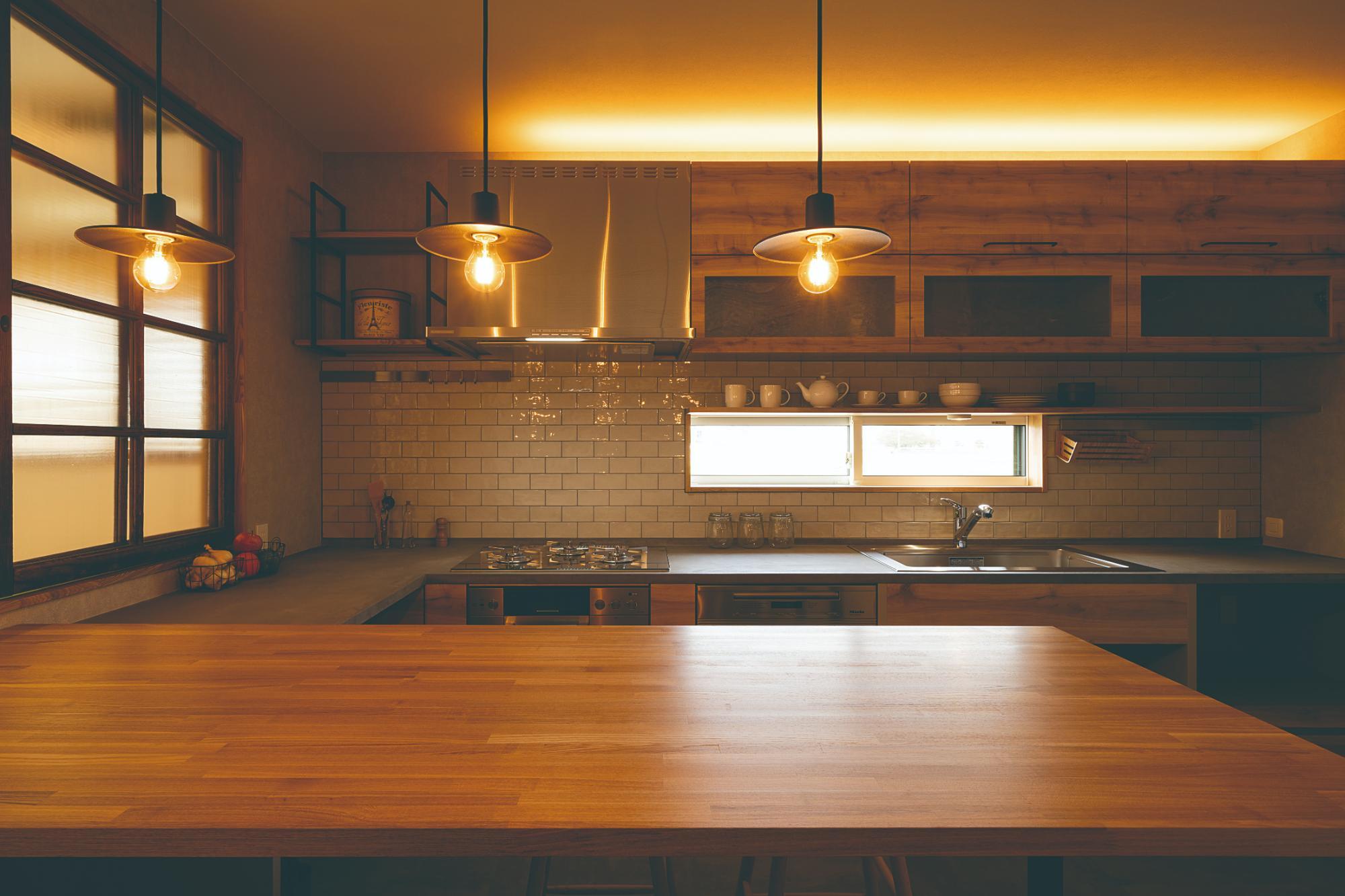 仕切ることで得る開放感、今どきの農家キッチンの写真12