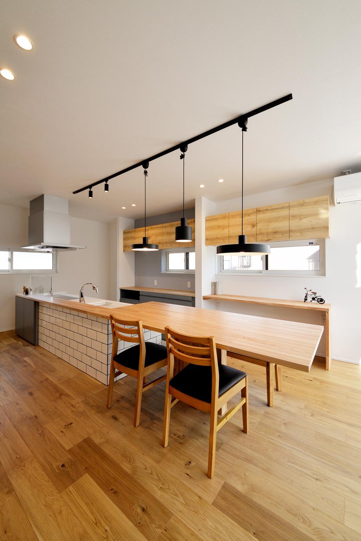 DETAIL HOME(ディテールホーム)「西海岸の風を感じる家」のシンプル・ナチュラル・モダン・西海岸風なリビング・ダイニングの実例写真