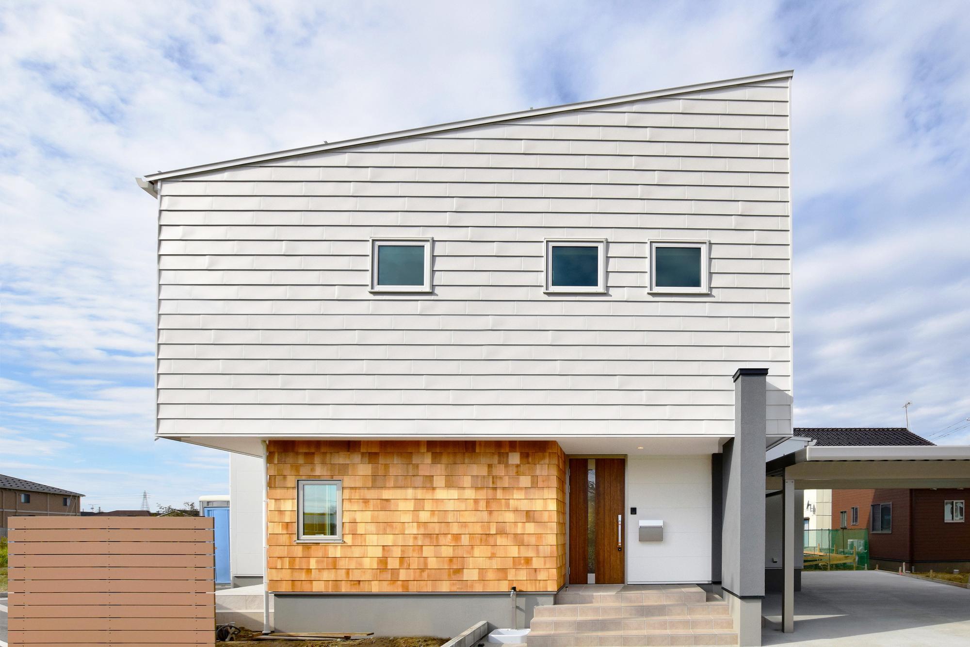 白いガルバリウム鋼板とレッドシダーを組み合わせたシンプルな外観デザイン