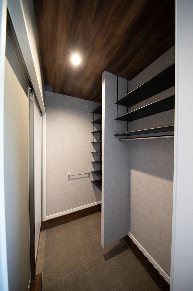 玄関直通のシューズクロークはひろびろスペースでべービーカーの収納も可能です!